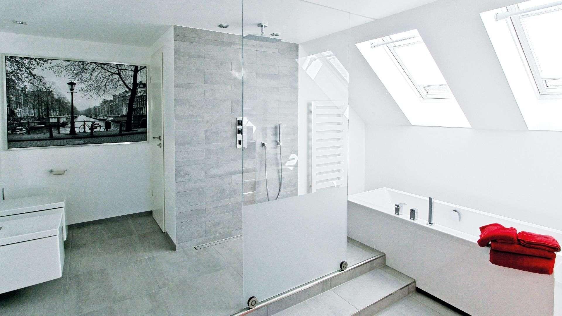 helles Badezimmer mit Glastrennwand vor der Dusche