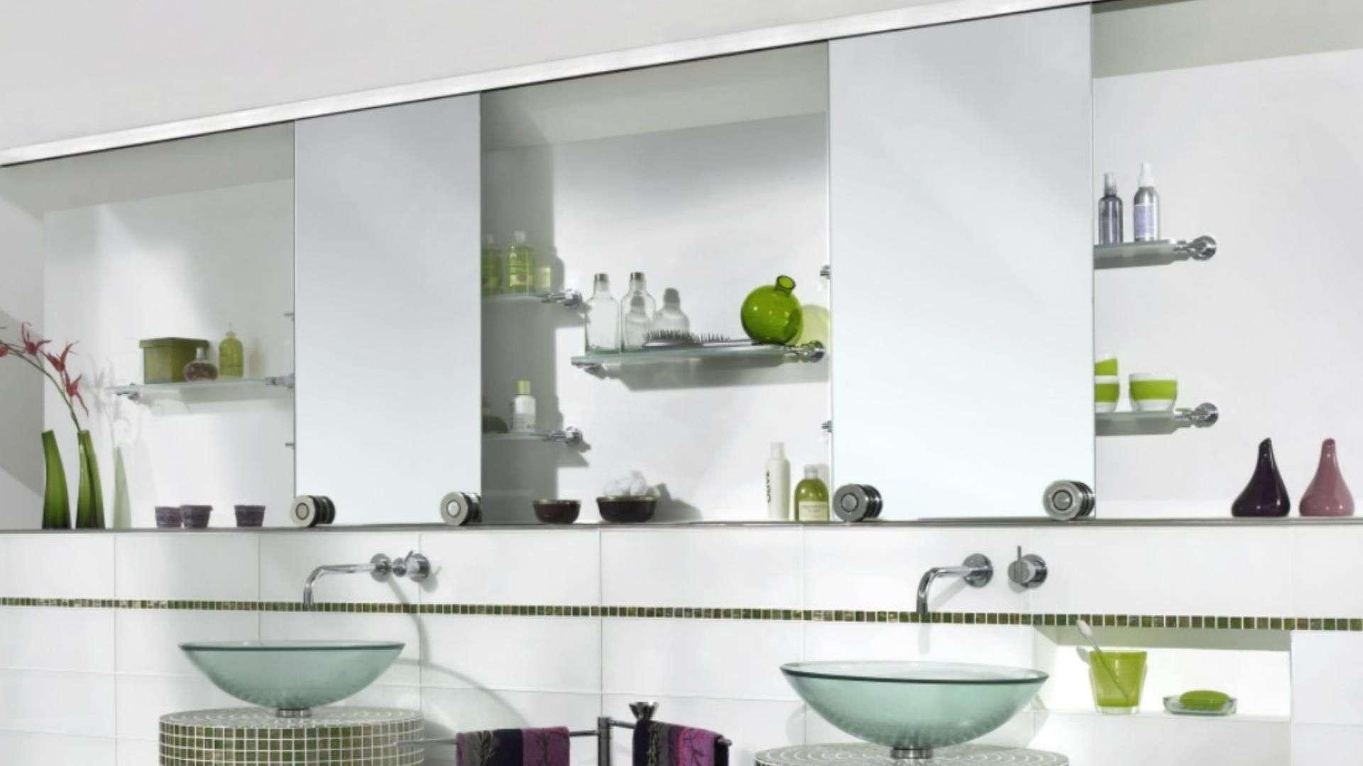 zwei Spiegel über Waschtischen im Hotel Marta