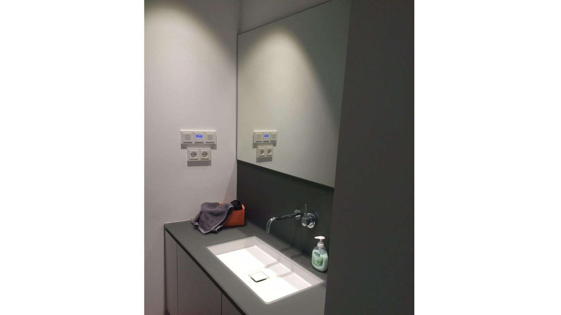 Spiegel über einem Waschbecken im Hotel Marta
