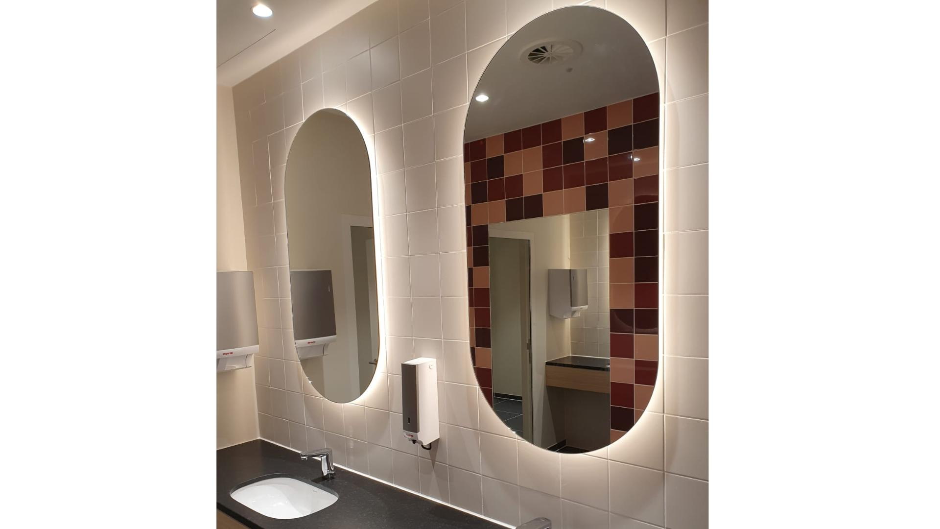 Zwei Spiegel über einem Waschtisch im Hotel Marta