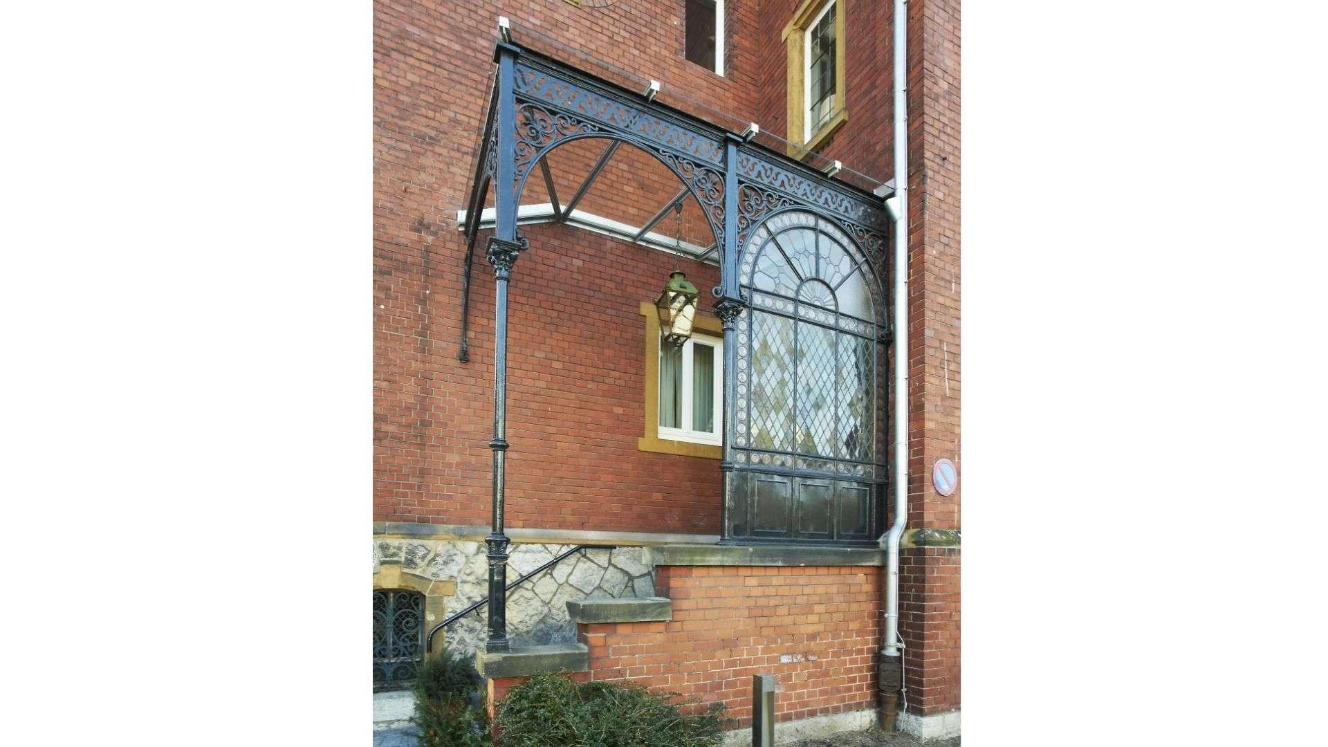 Überdachung über Haustür mit Treppenaufgang