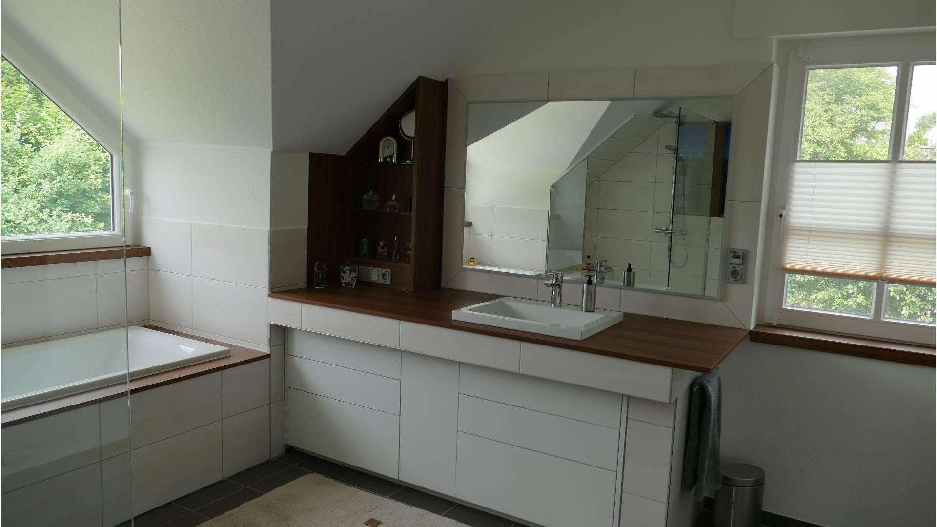 Spiegel über einem Waschbecken