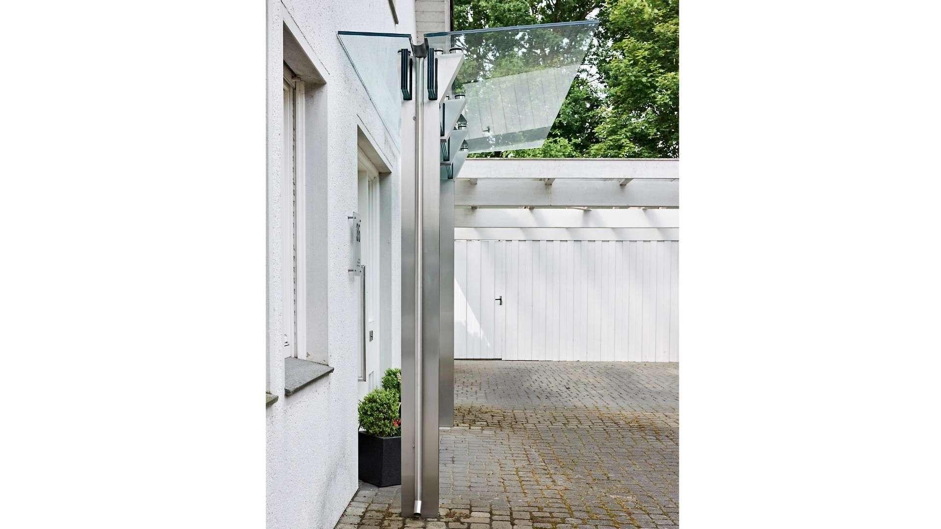 Seitenansicht eines Vordaches aus Glas