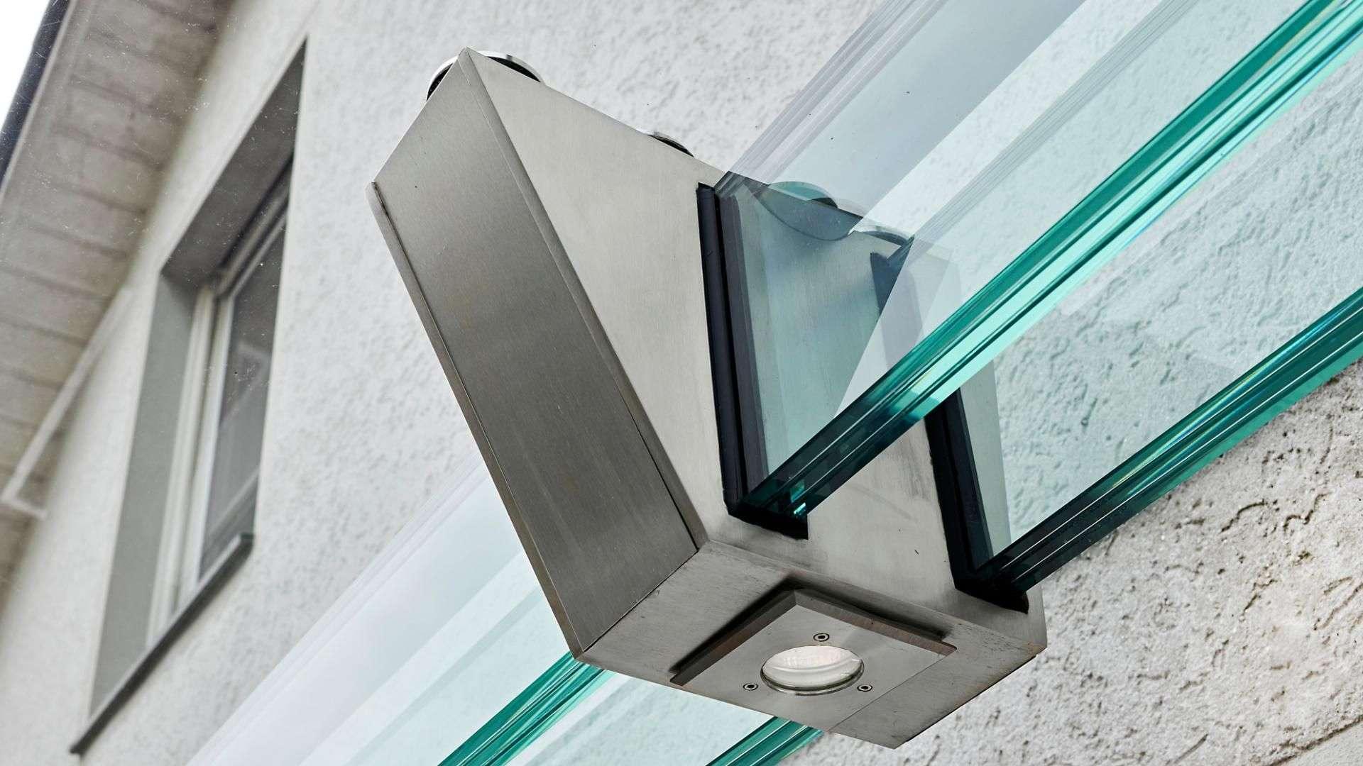 Nahansicht eines Glas-Vordach-Halterung