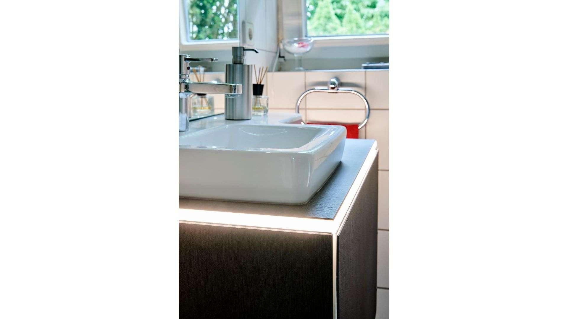 Waschbecken auf einem beleuchteten Unterschrank