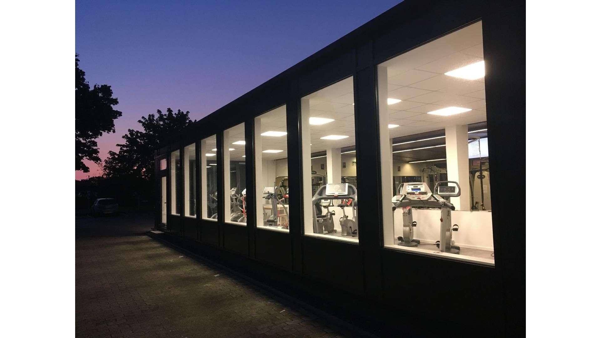 Fensterfront an einem Fitnessstudio