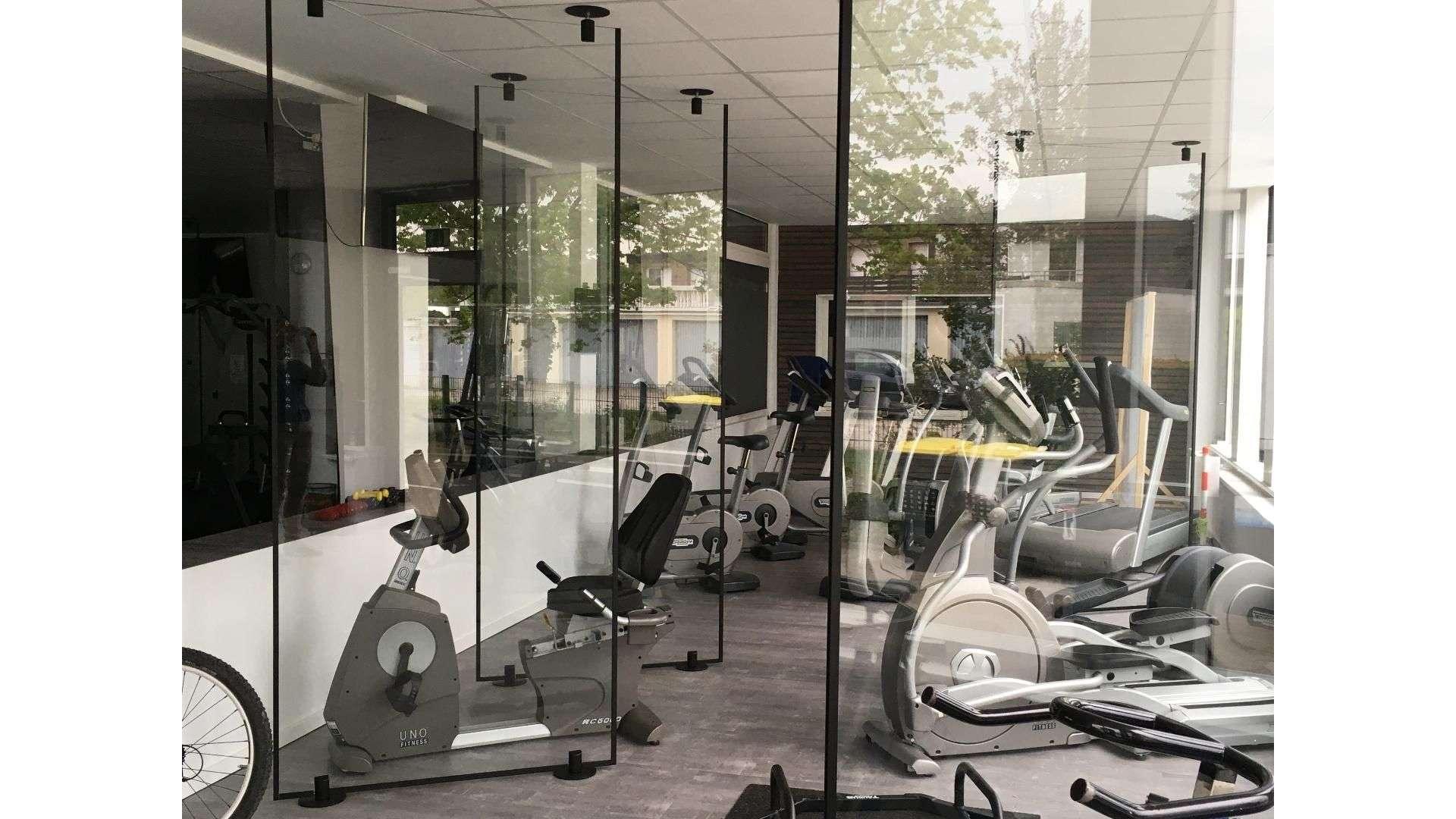 Glastrennwände in einem einem Fitnessstudio