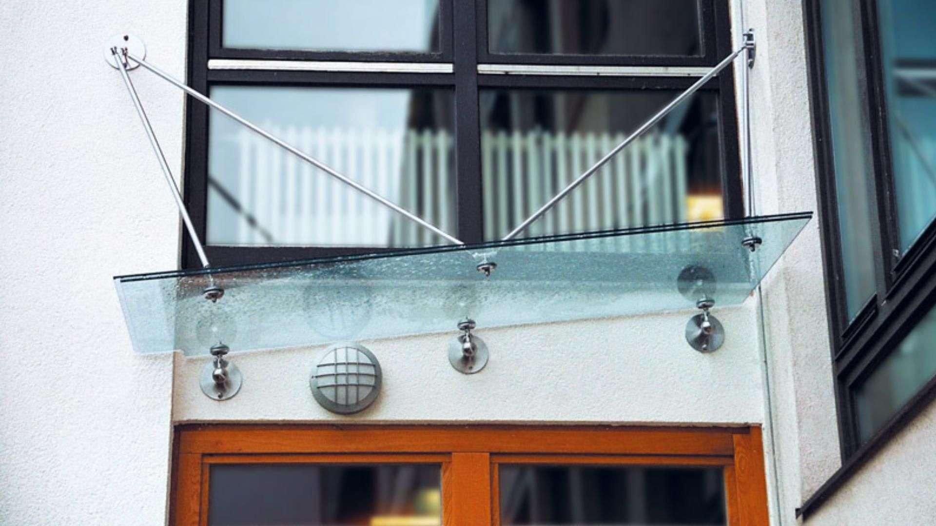 Vordach aus Glas mit ausgefallener Halterung