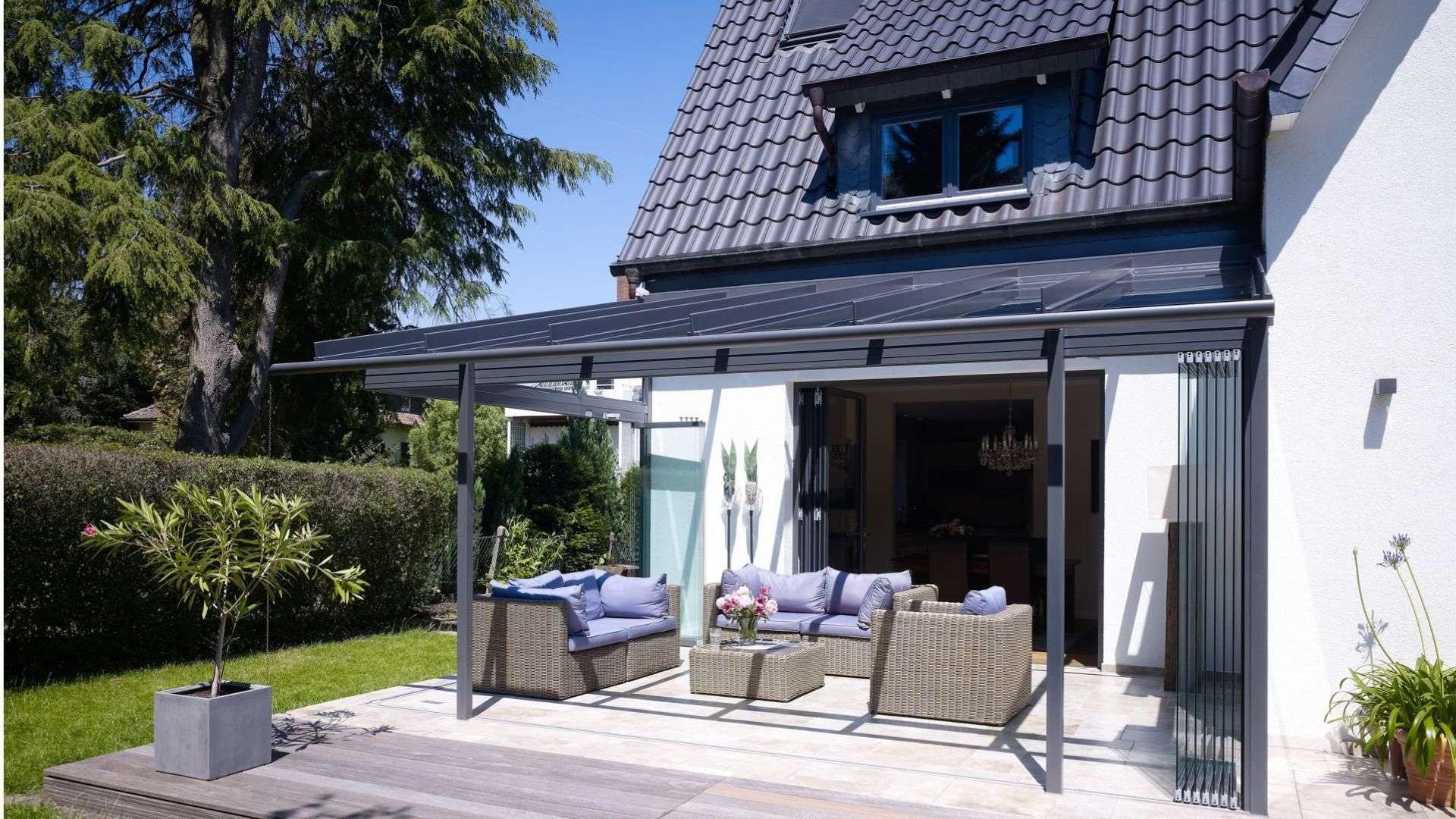 Glashaus auf der Terrasse eines Einfamilienhauses