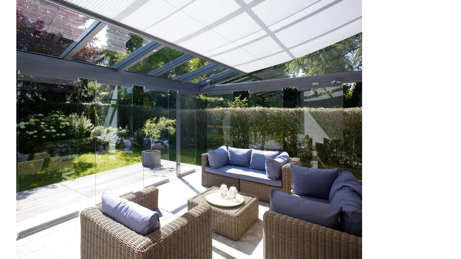 Innenansicht eines Glashauses mit Unterglas-Markise mit Blick in den Garten