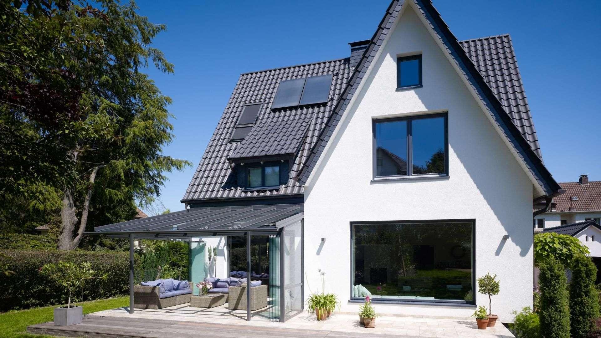 Einfamilienhaus mit Glashaus auf der Terrasse