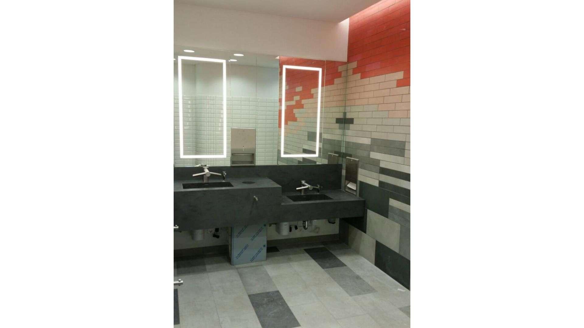 Spiegel über einem langen Waschtisch eines öffentlichen WCs im Loom in BIelefeld