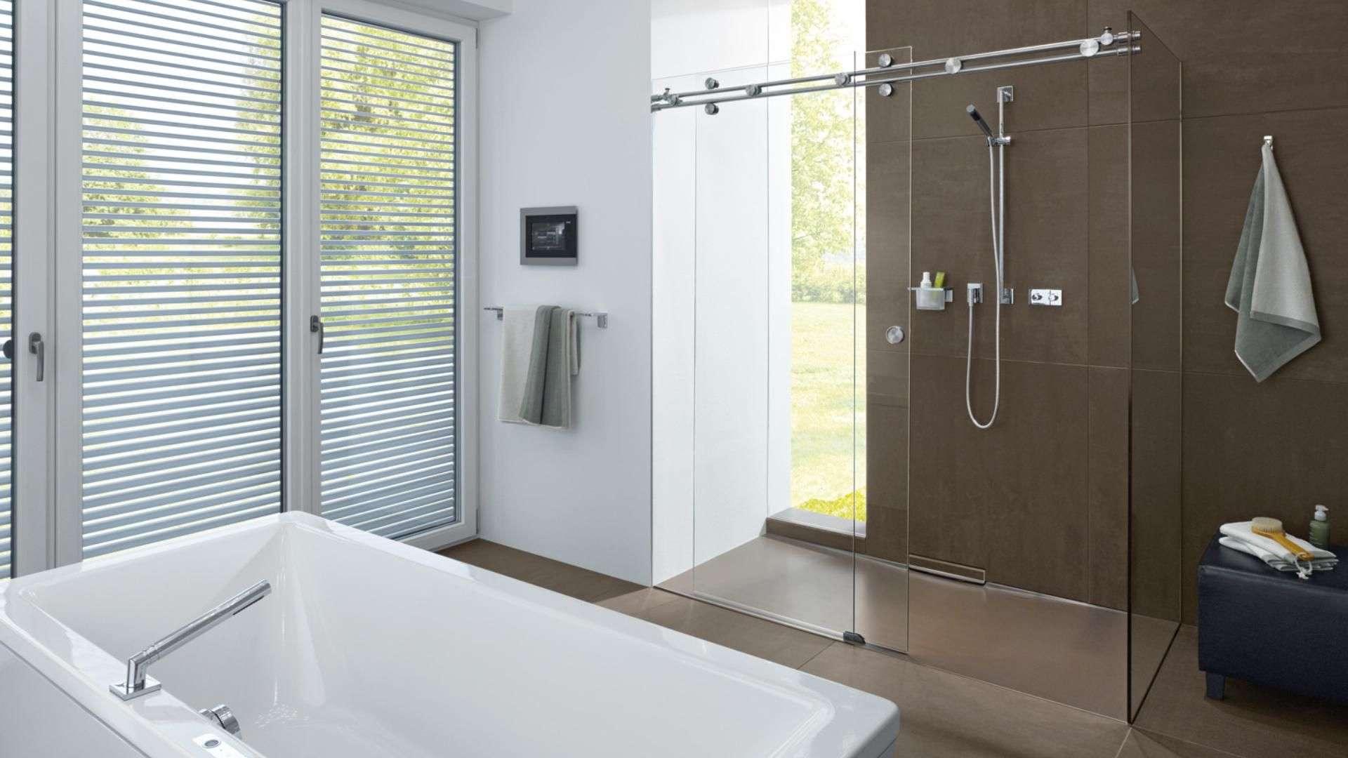 modernes Badezimmer mit Badewanne und großer Dusche mit Duschtrennwand