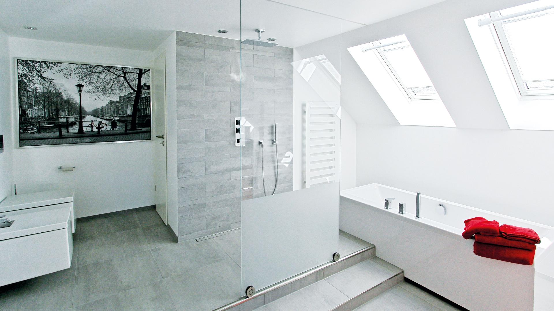 modernes Badezimmer mit Glastrennwand vor der Dusche