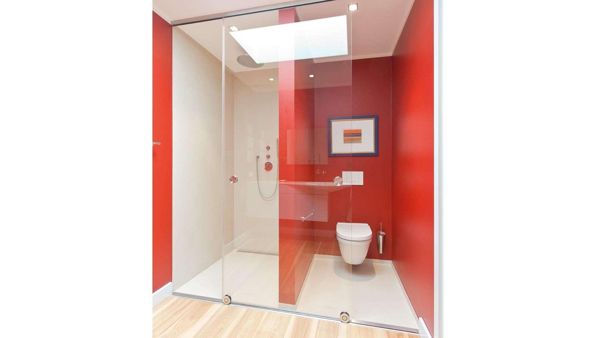 Schiebetür aus Glas vor Dusche und Toilette