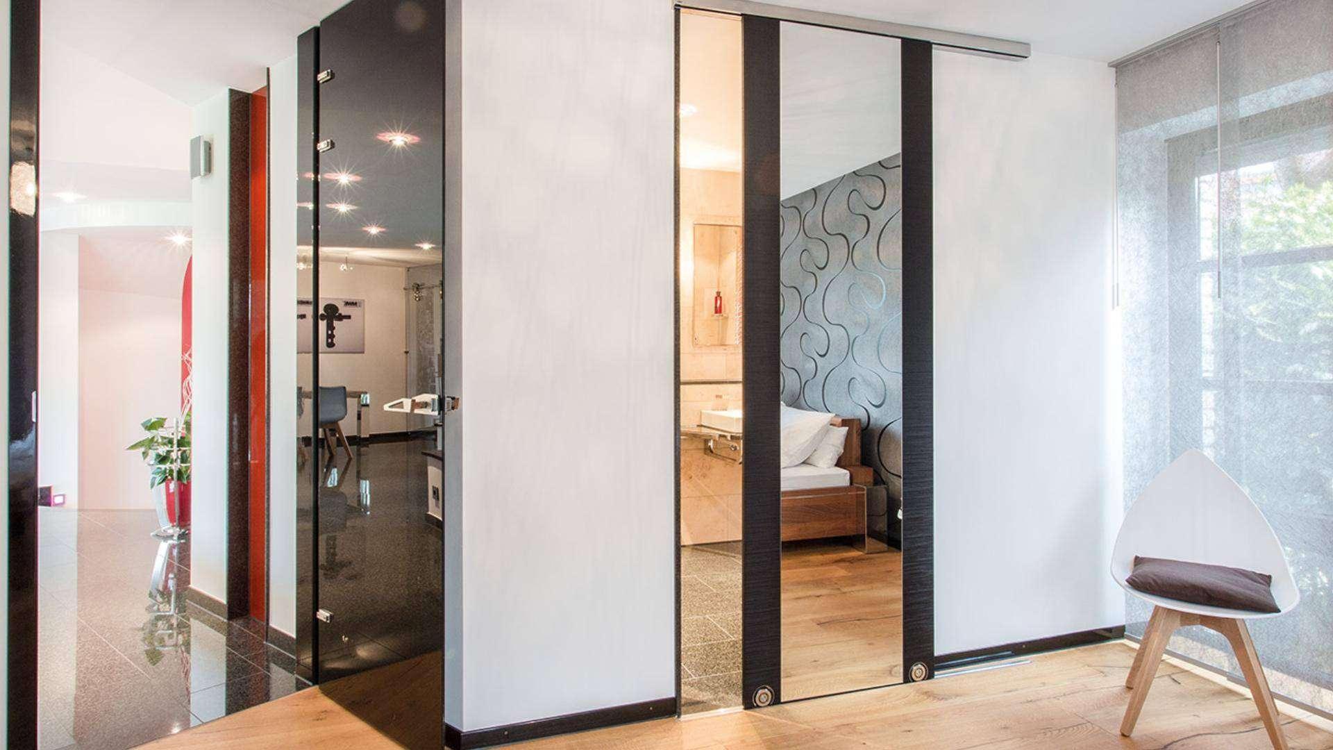 Glastür in einem Schlafzimmer mit Spiegelschrank