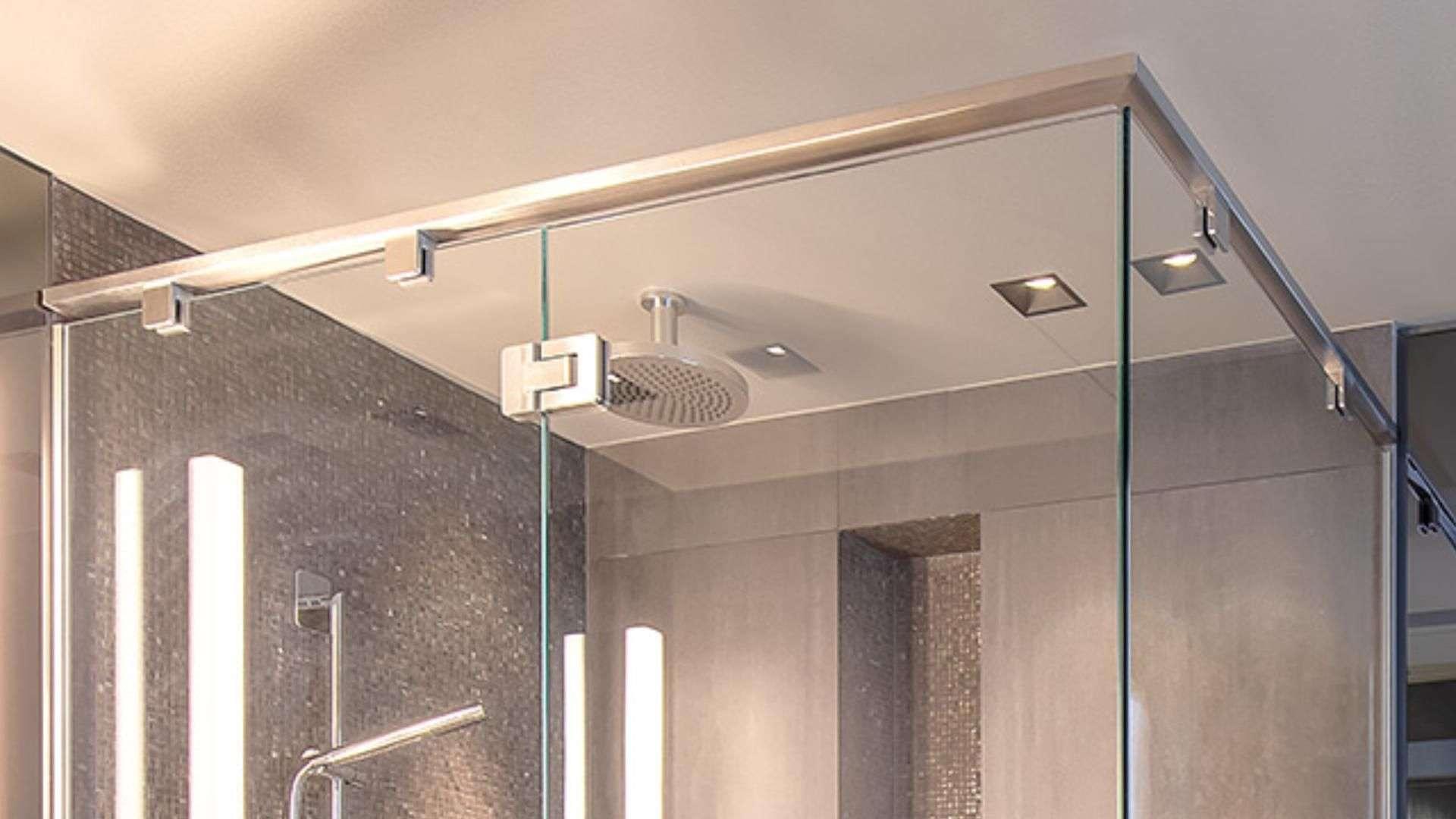 Nahansicht einer Dusche mit Glaswänden