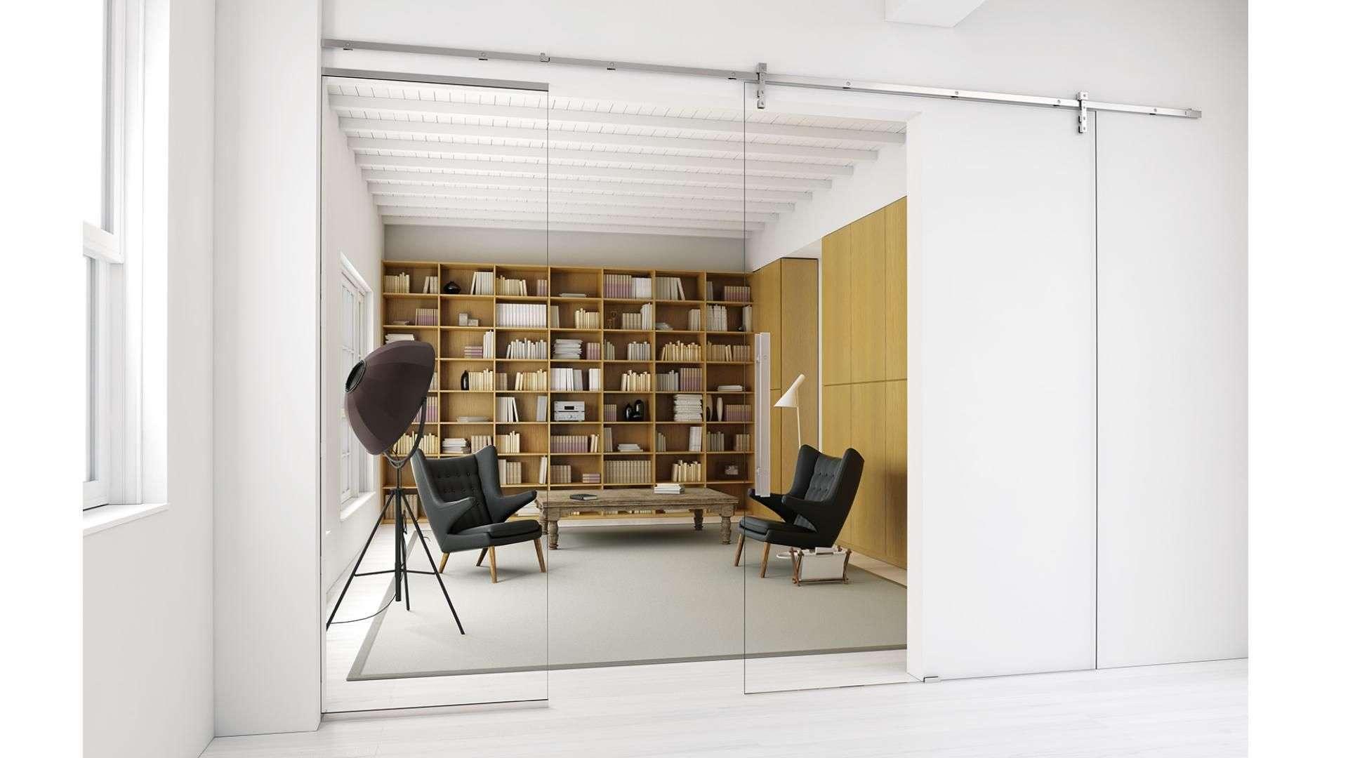 Schiebetür als Glas vor einem Raum mit Bücherregal