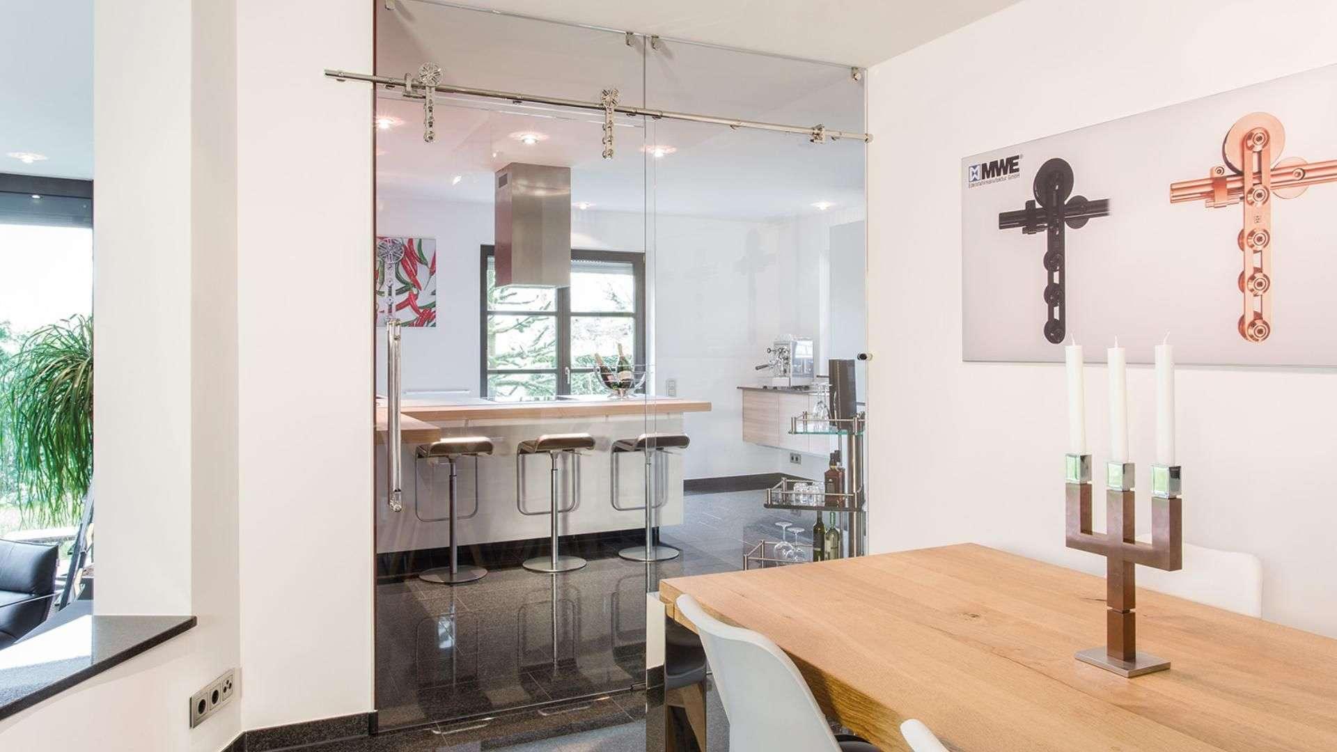 Schiebetür als Glas zwischen Küche und Esszimmer
