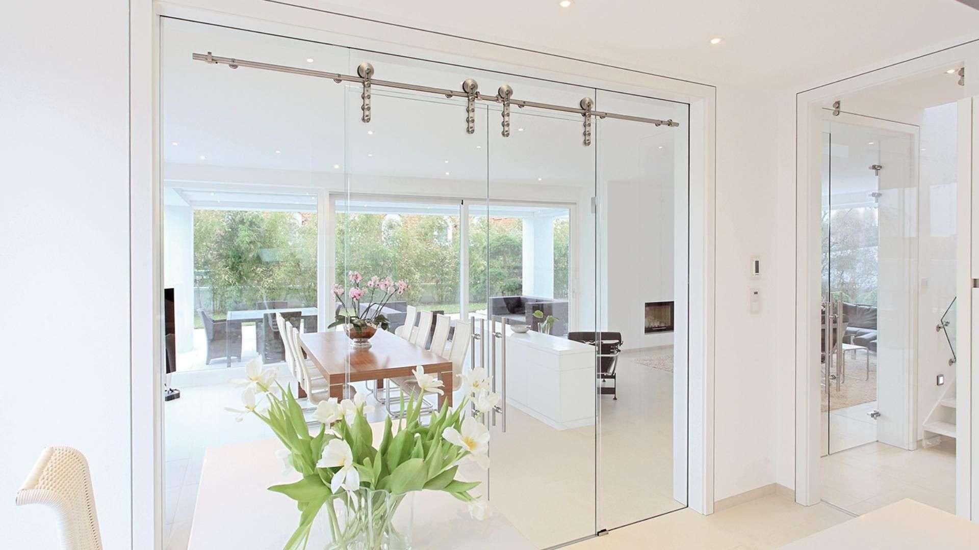 große Schiebetür aus Glas zu einem Esszimmer
