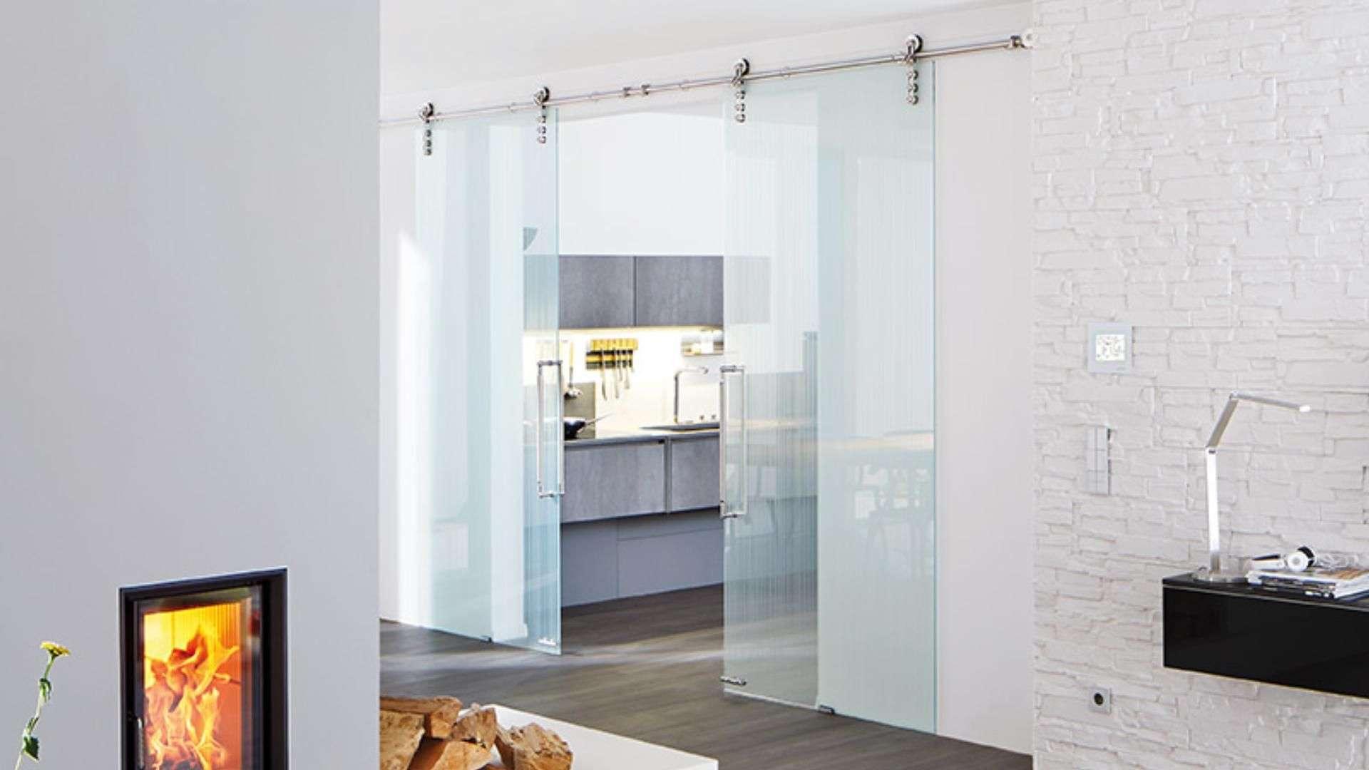 Schiebetür aus Glas zu einer Küche