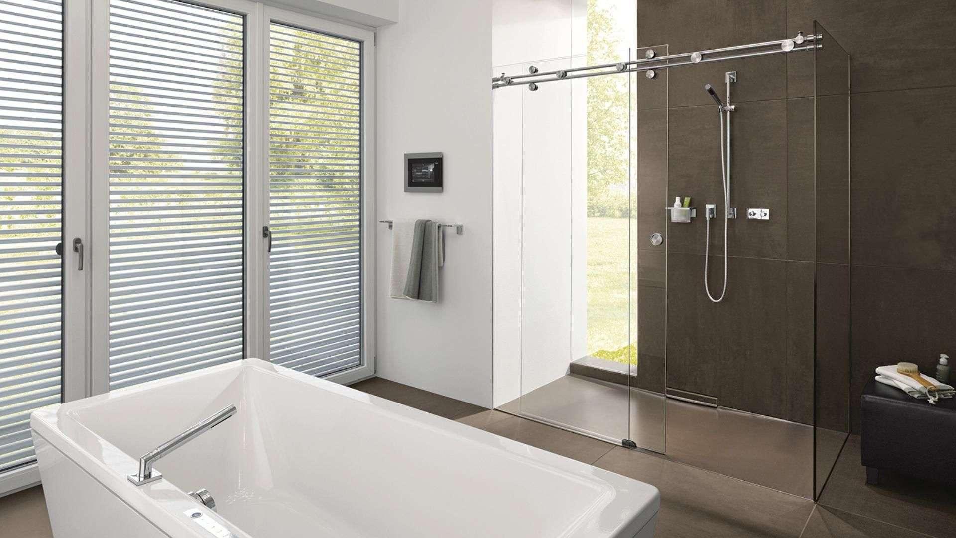 modernes Badezimmer mit Dusche mit Glas-Schiebetür