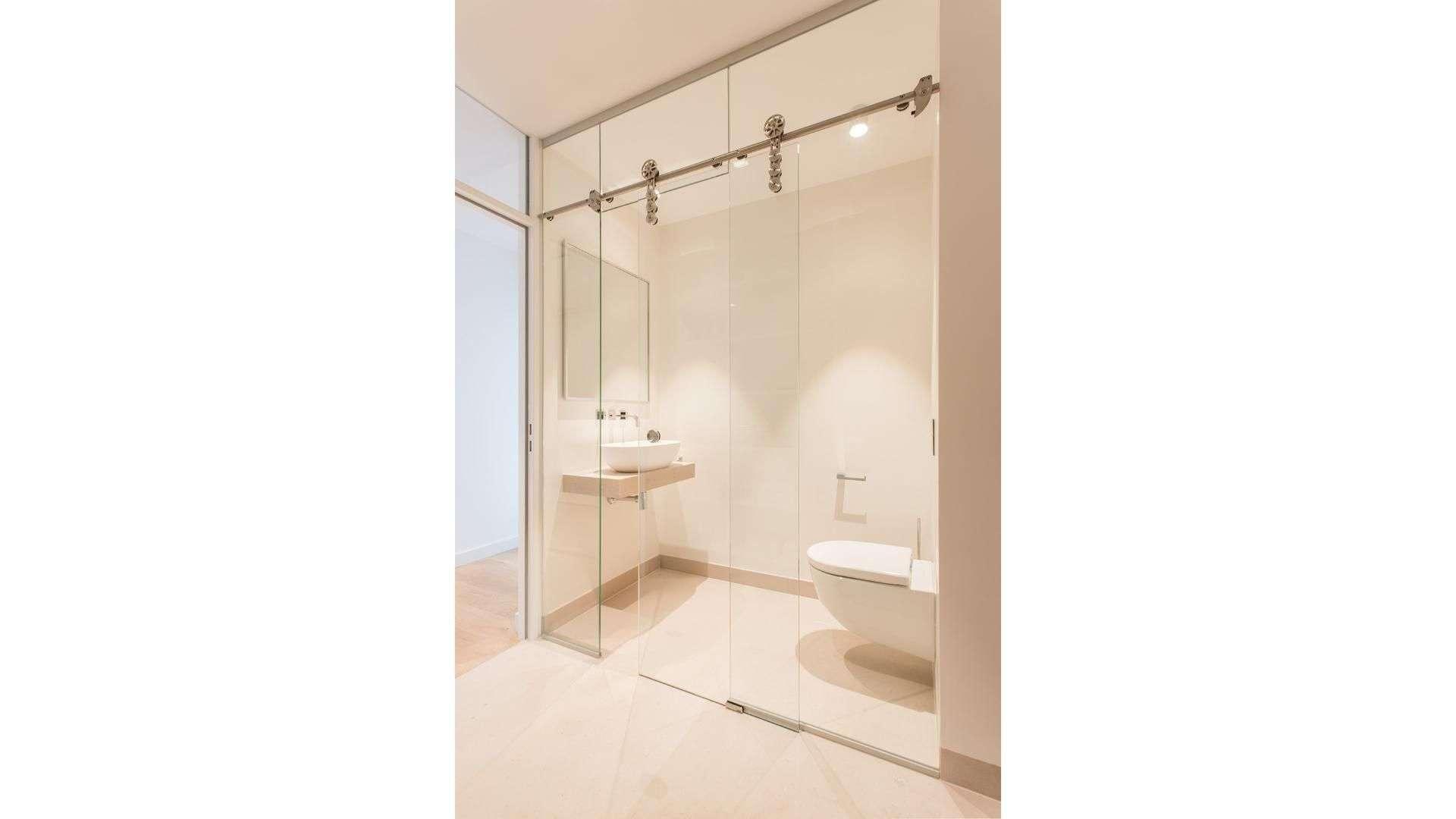 Glas-Schiebetür vor einem Badezimmer