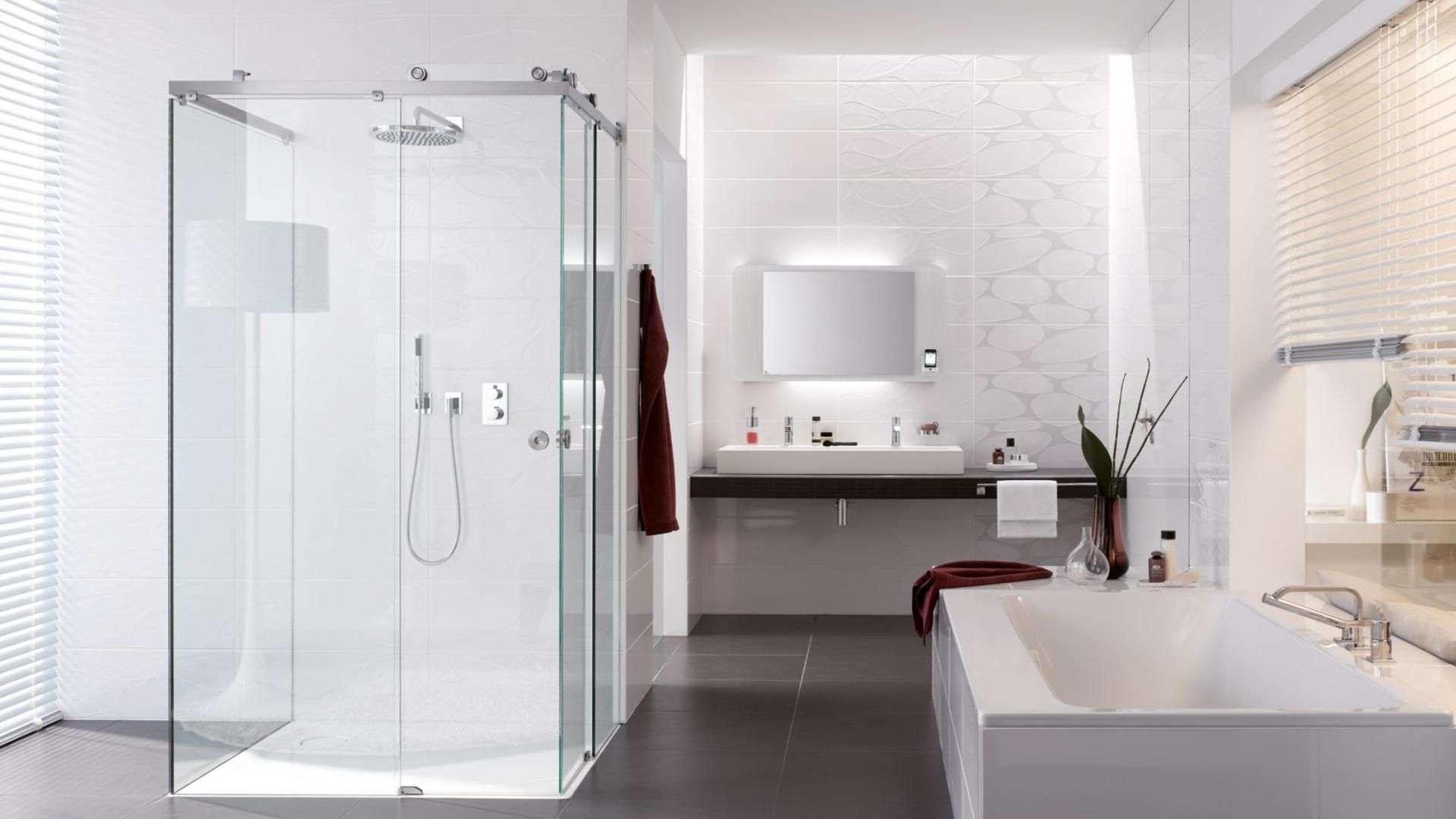 Regendusche mit Glaswänden in einem Badezimmer