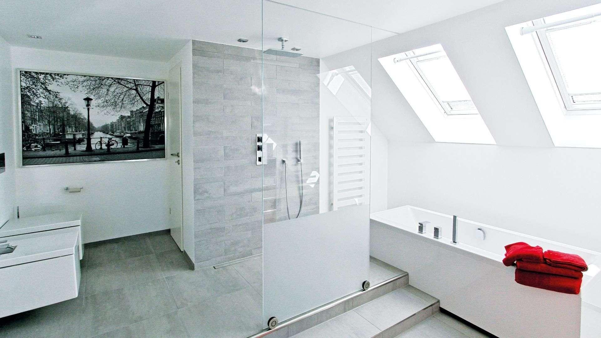 offene Regendusche mit Glastrennwand in einem modernen Badezimmer