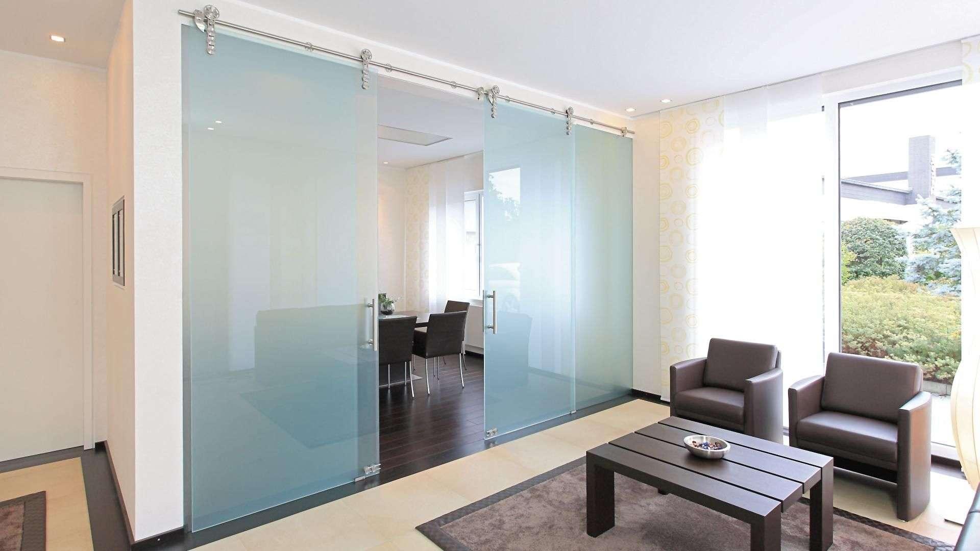 Schiebetür aus Glas zwischen Wohn- und Arbeitszimmer