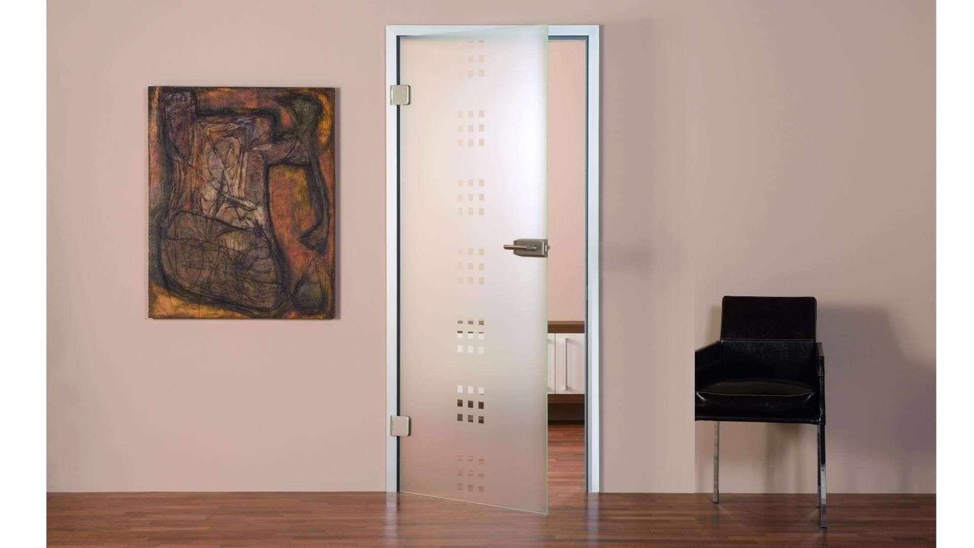 Zimmertür aus Glas auf einem Flur