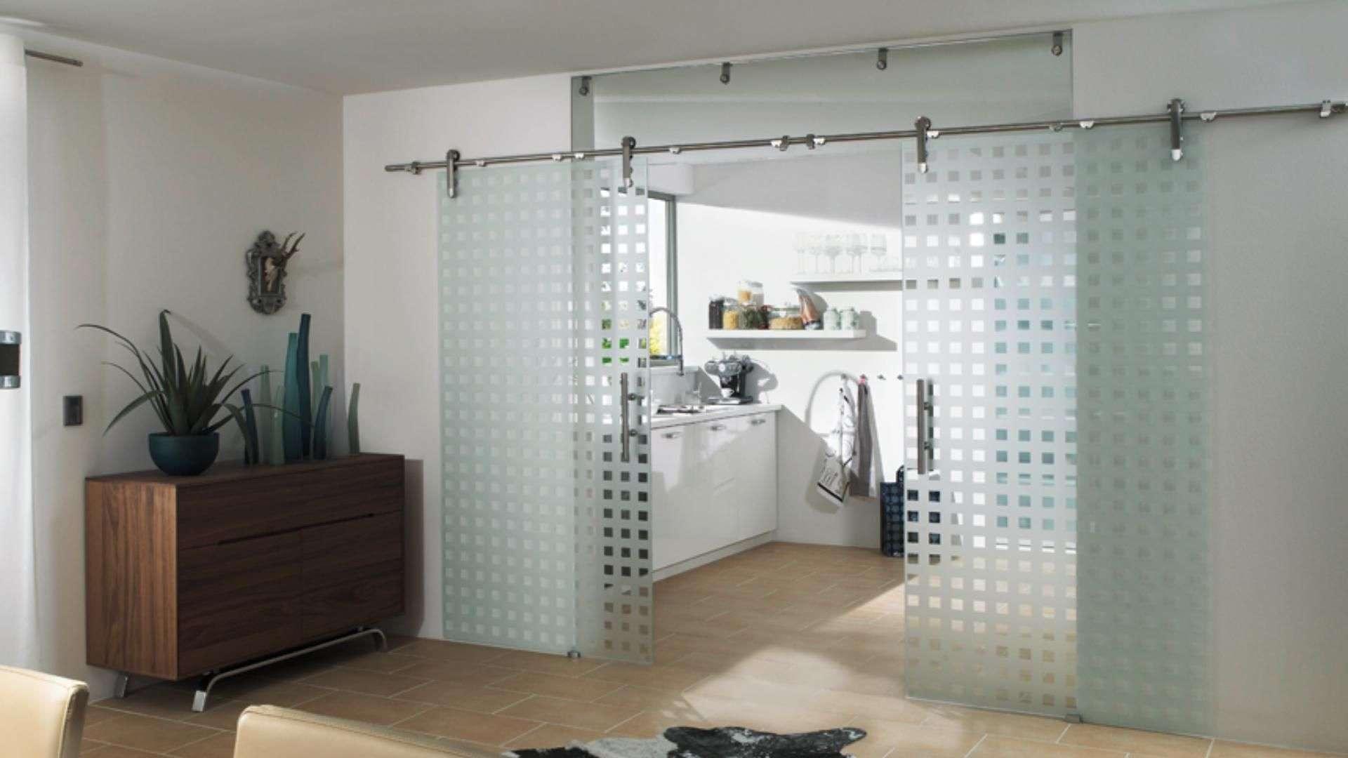 Schiebetür aus Glas zwischen Wohnzimmer und Küche
