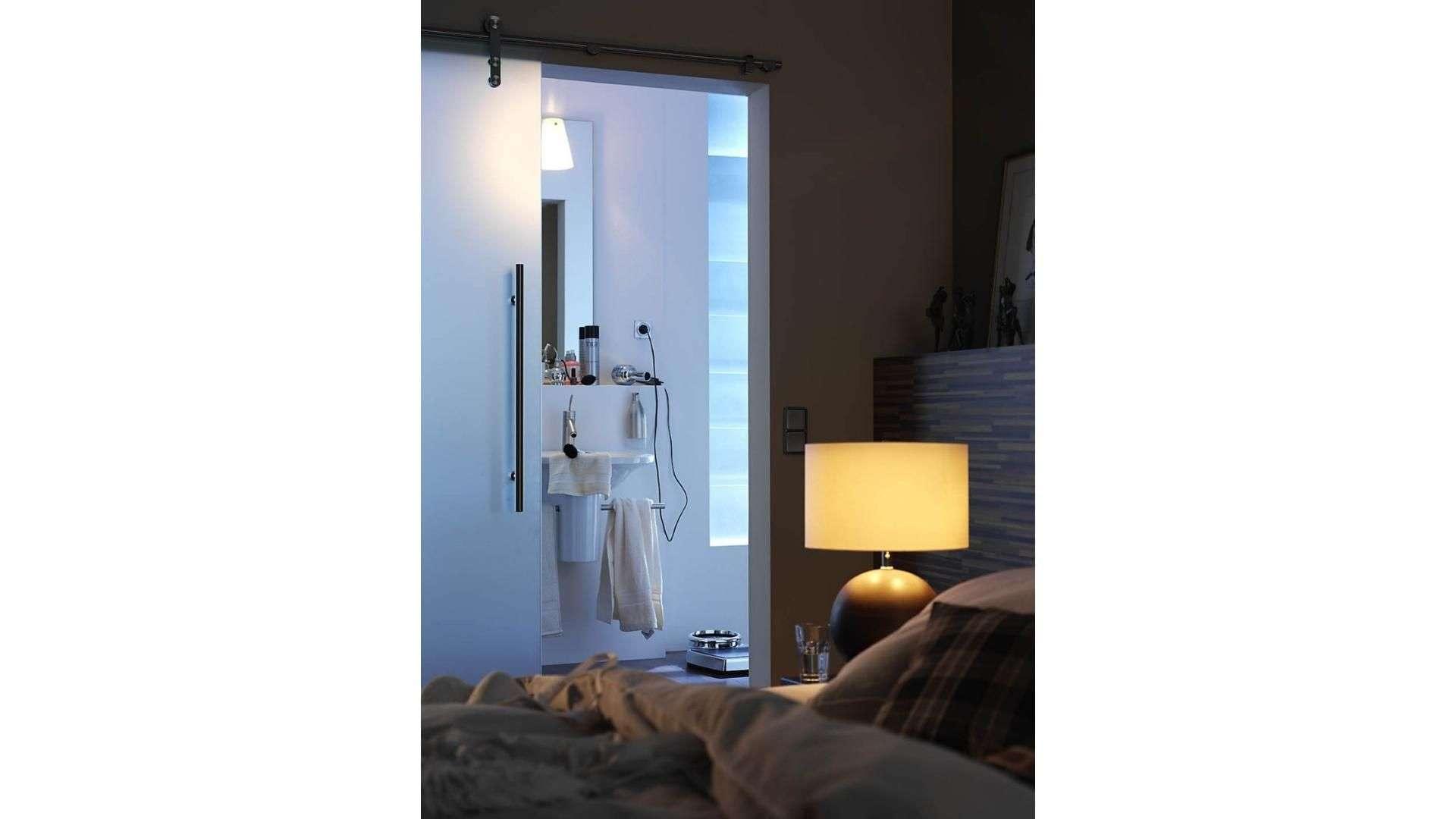 Schiebetür aus Milchglas zu einem Schlafzimmer