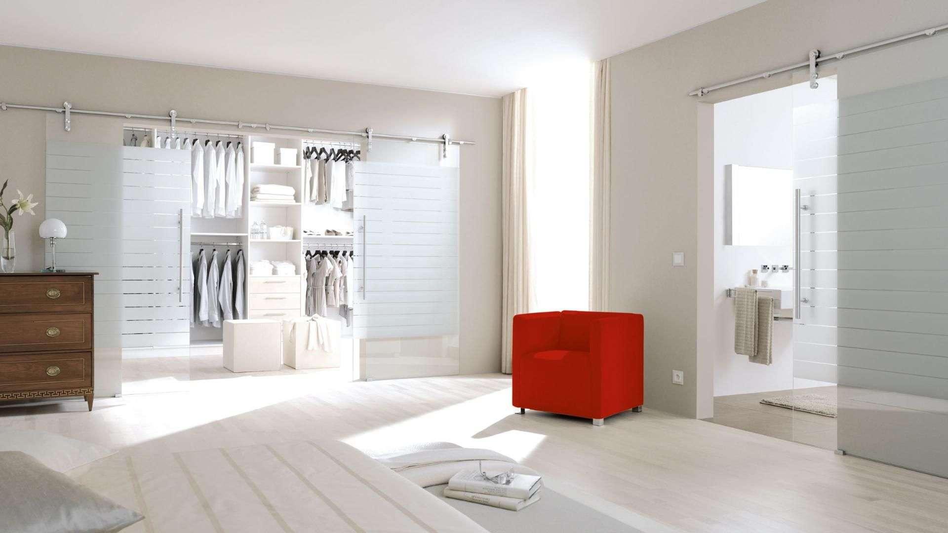 Schiebetüren aus Glas vor Ankleide- und Badezimmer