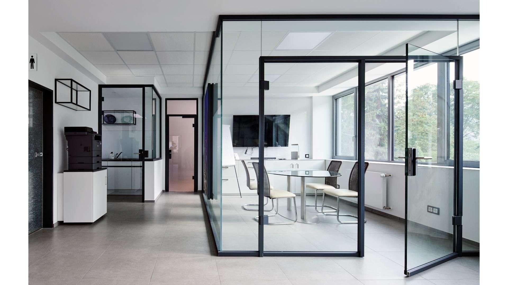 Innenansicht der Ausstellung von Menke-Glas in Bielefeld