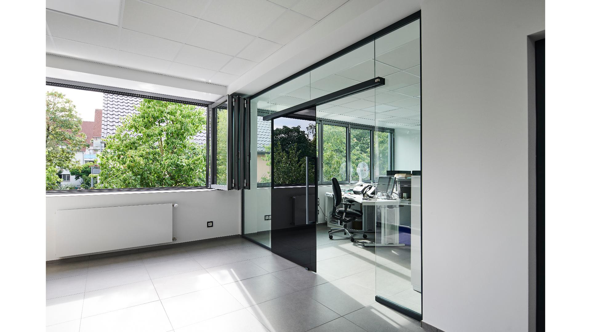 schwarze Glas-Schiebetür in der Ausstellung von Menke-Glas in Bielefeld