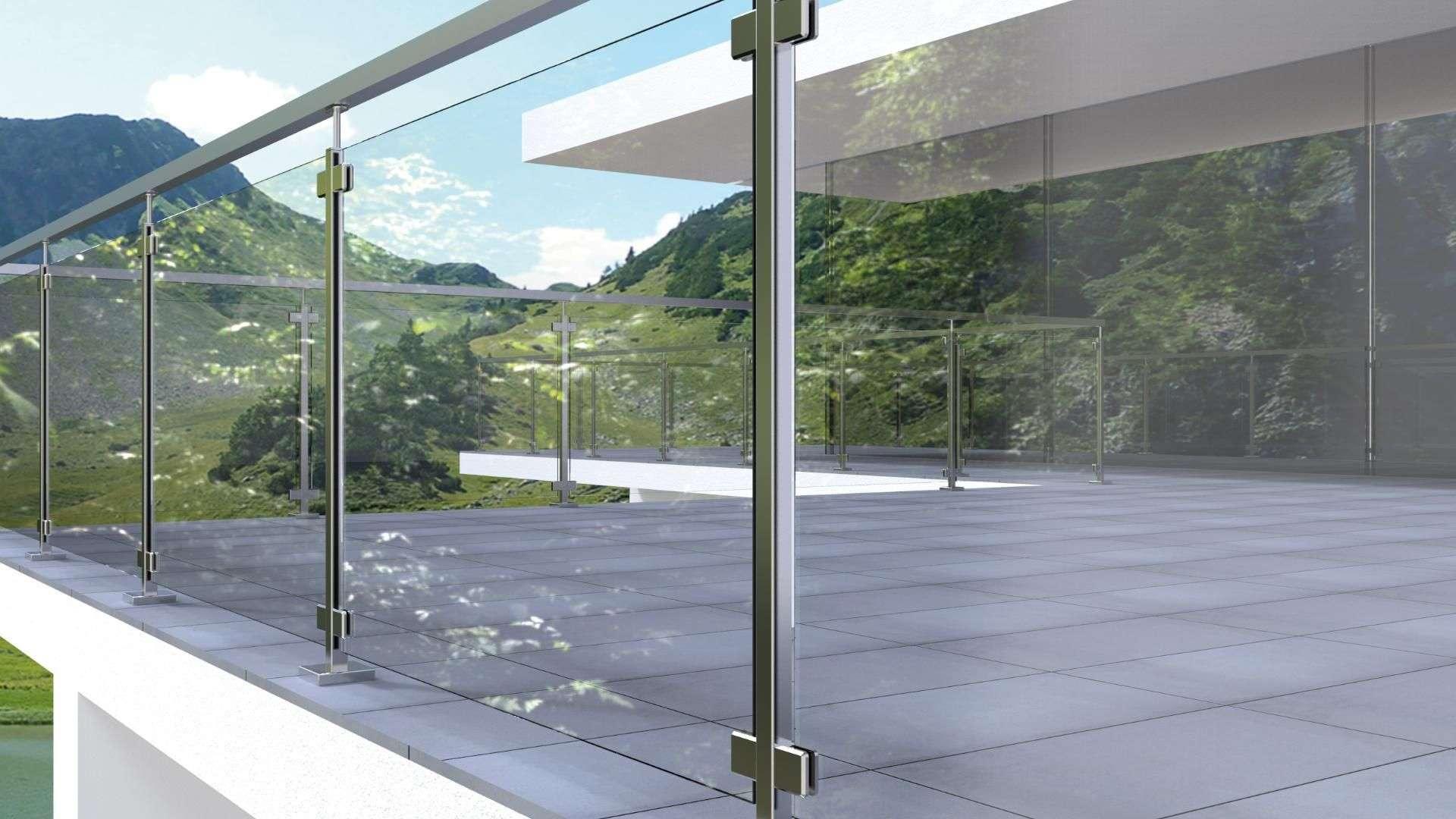 Nahansicht einer Glasbrüstung eines Balkons