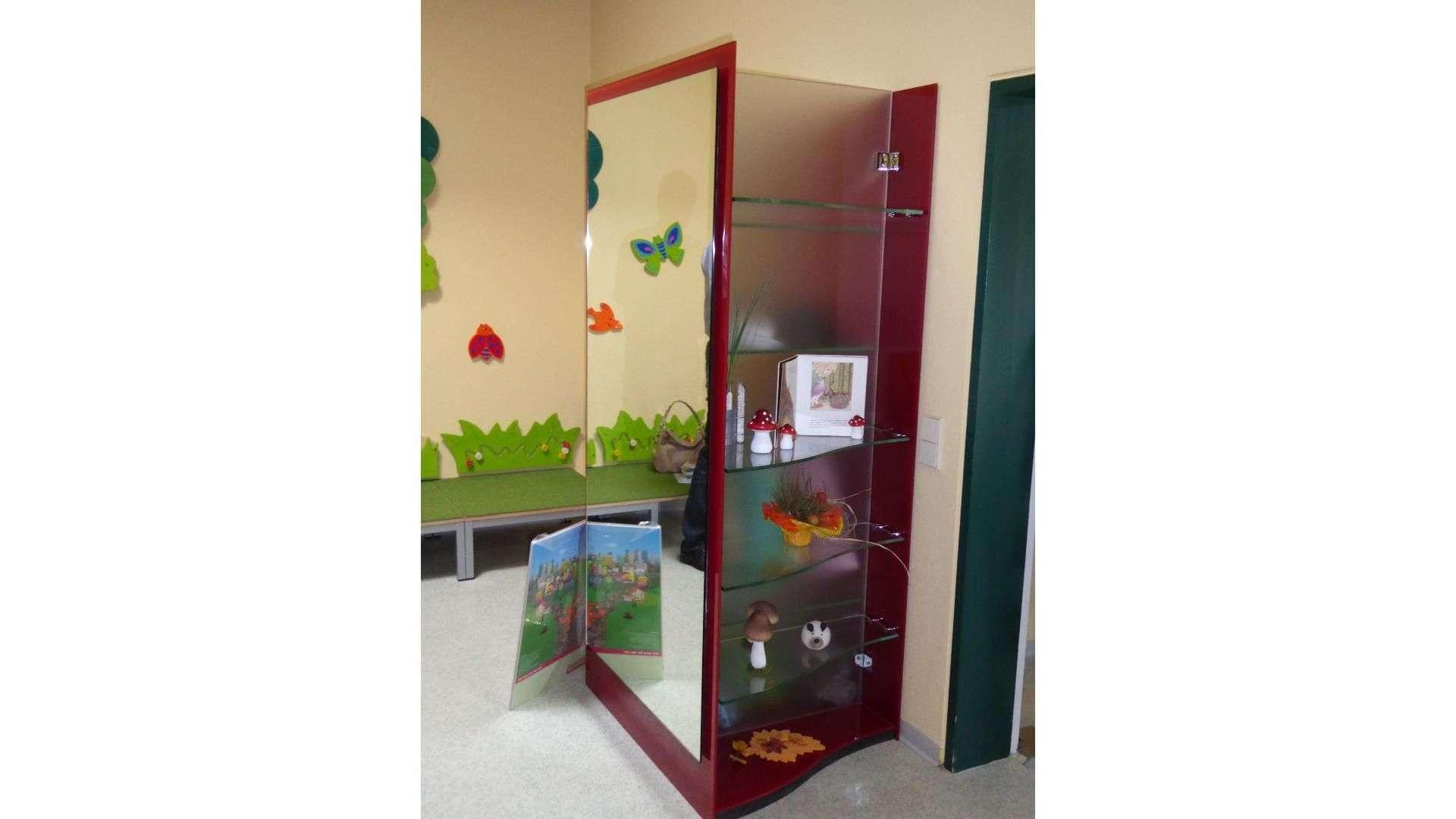 Spiegel an einem Schrank im Kindergarten
