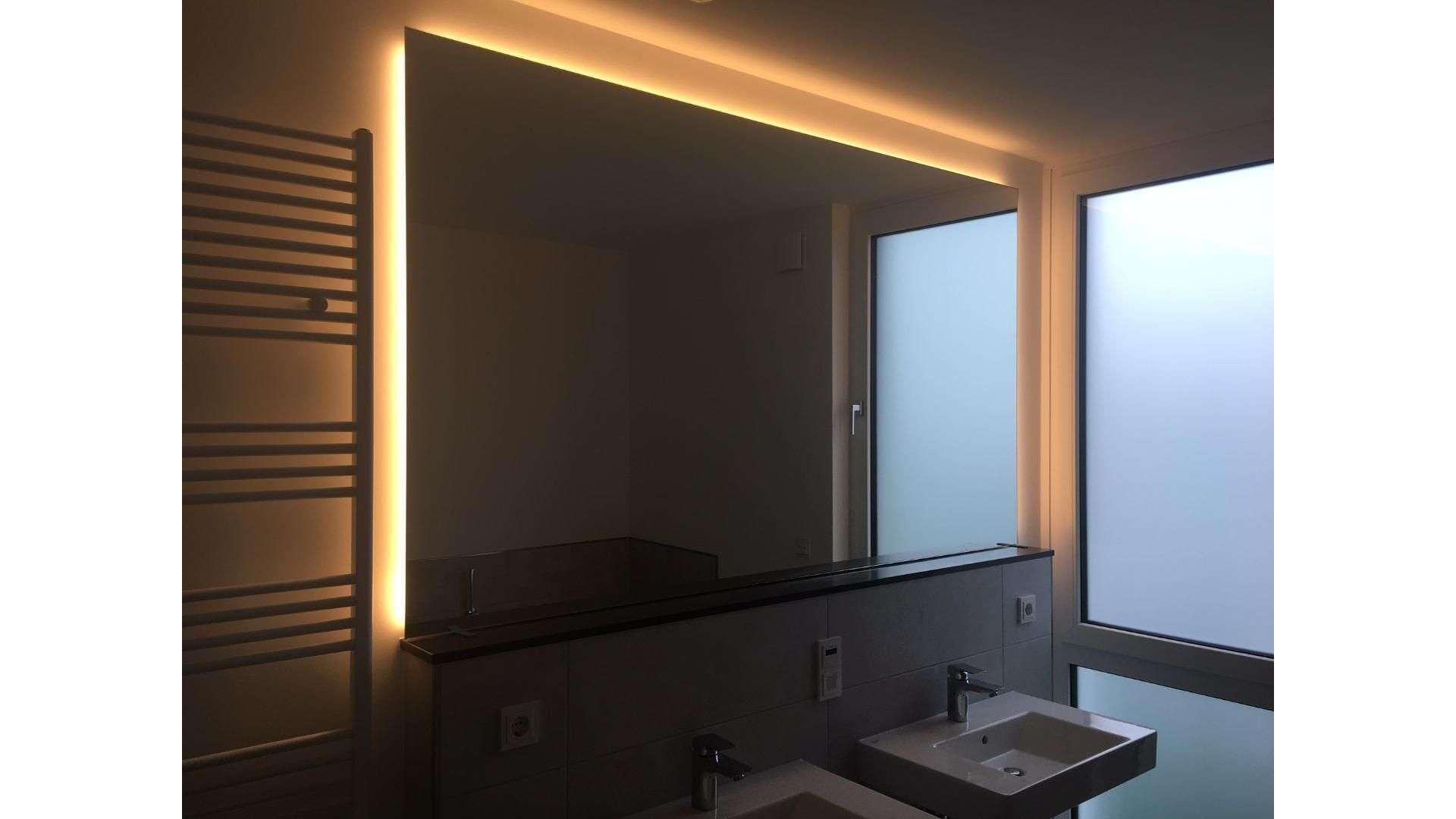 Spiegel mit indirekter Beleuchtung über zwei Waschtischen