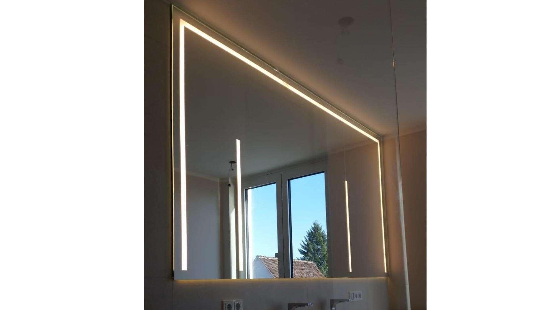 Spiegel mit integrierter Beleuchtung