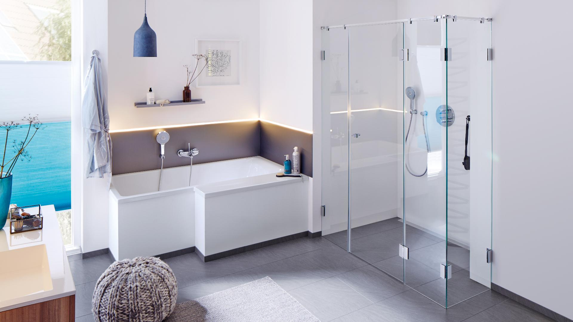 Badezimmer mit Badewanne und Dusche mit Glastür