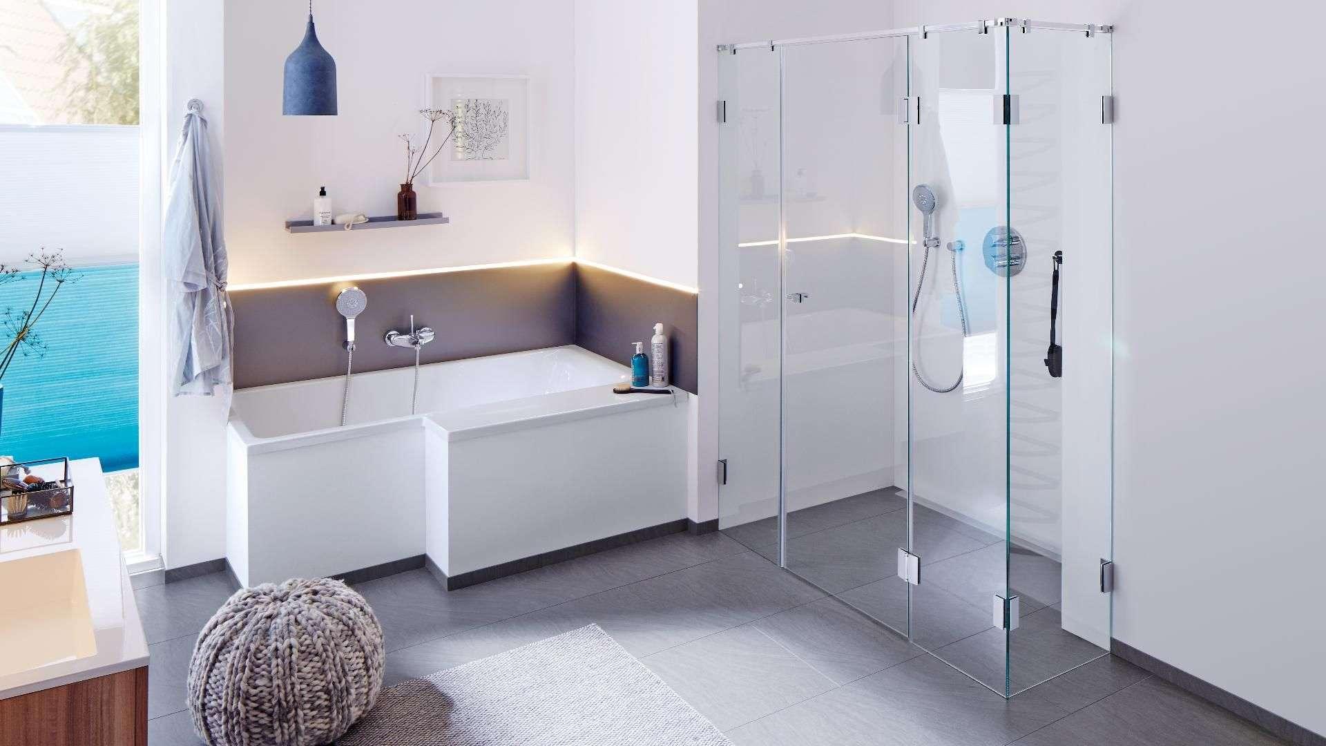 modernes Badezimmer mit Badewanne und Dusche mit Glaswänden
