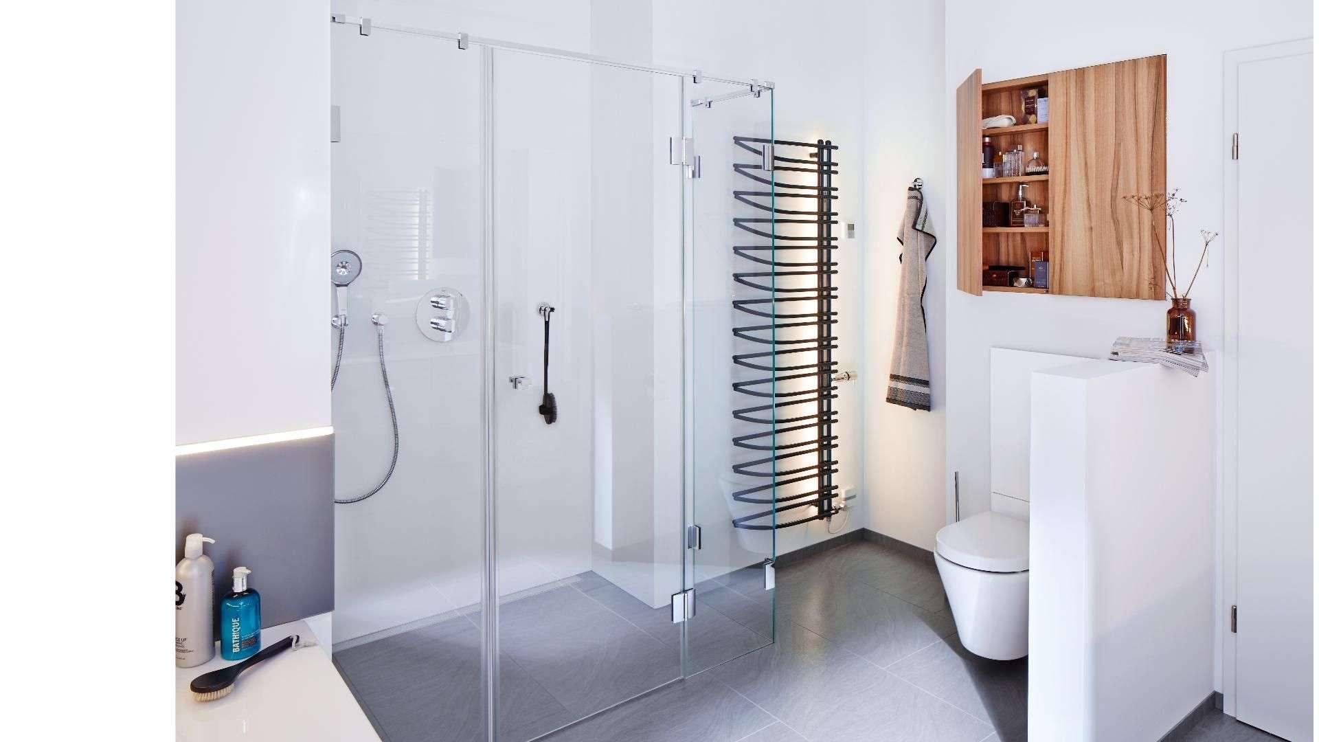 Dusche mit Glaswänden in einem modernen Badezimmer