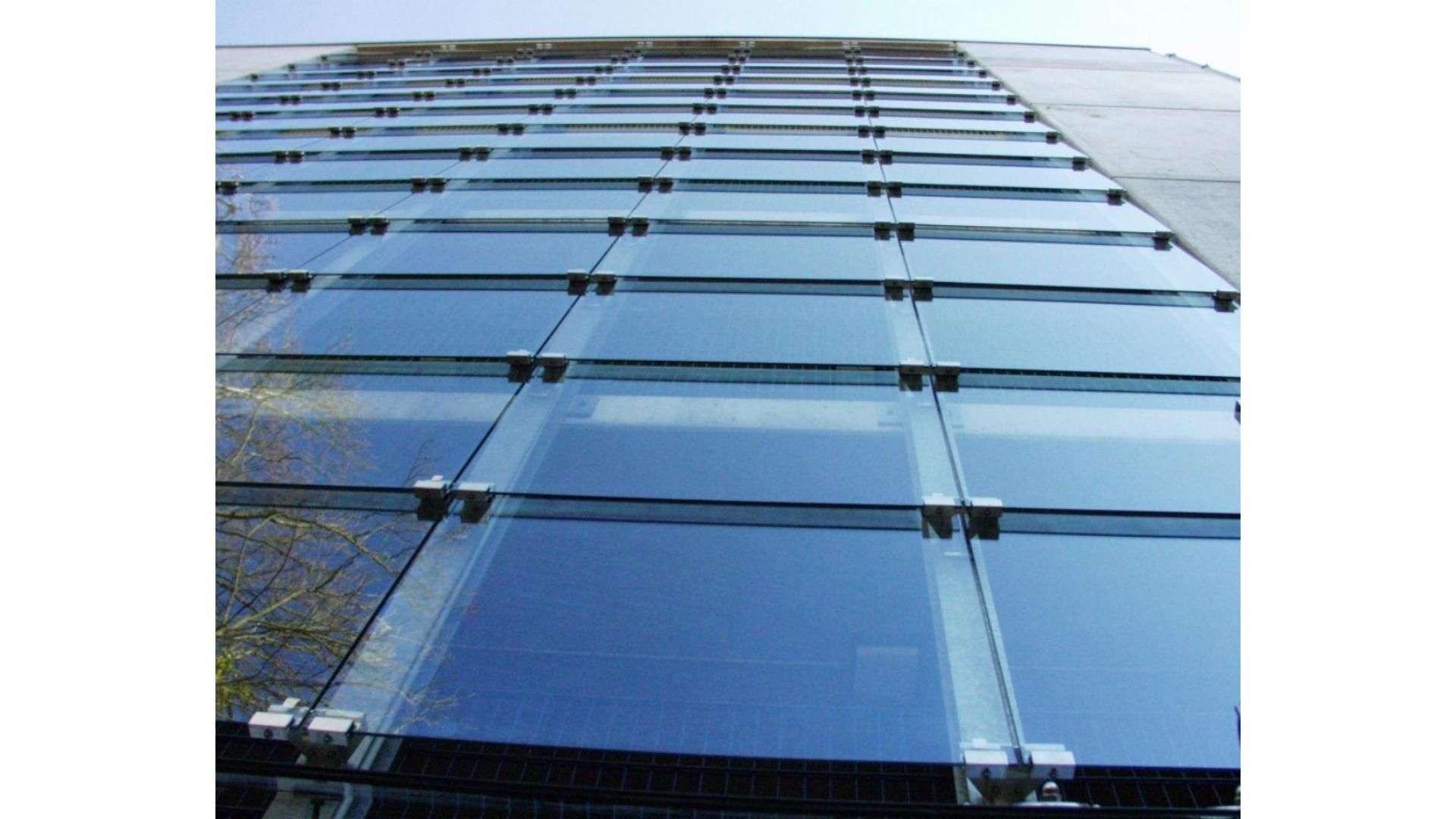 Glasfassaden eines Parkhauses