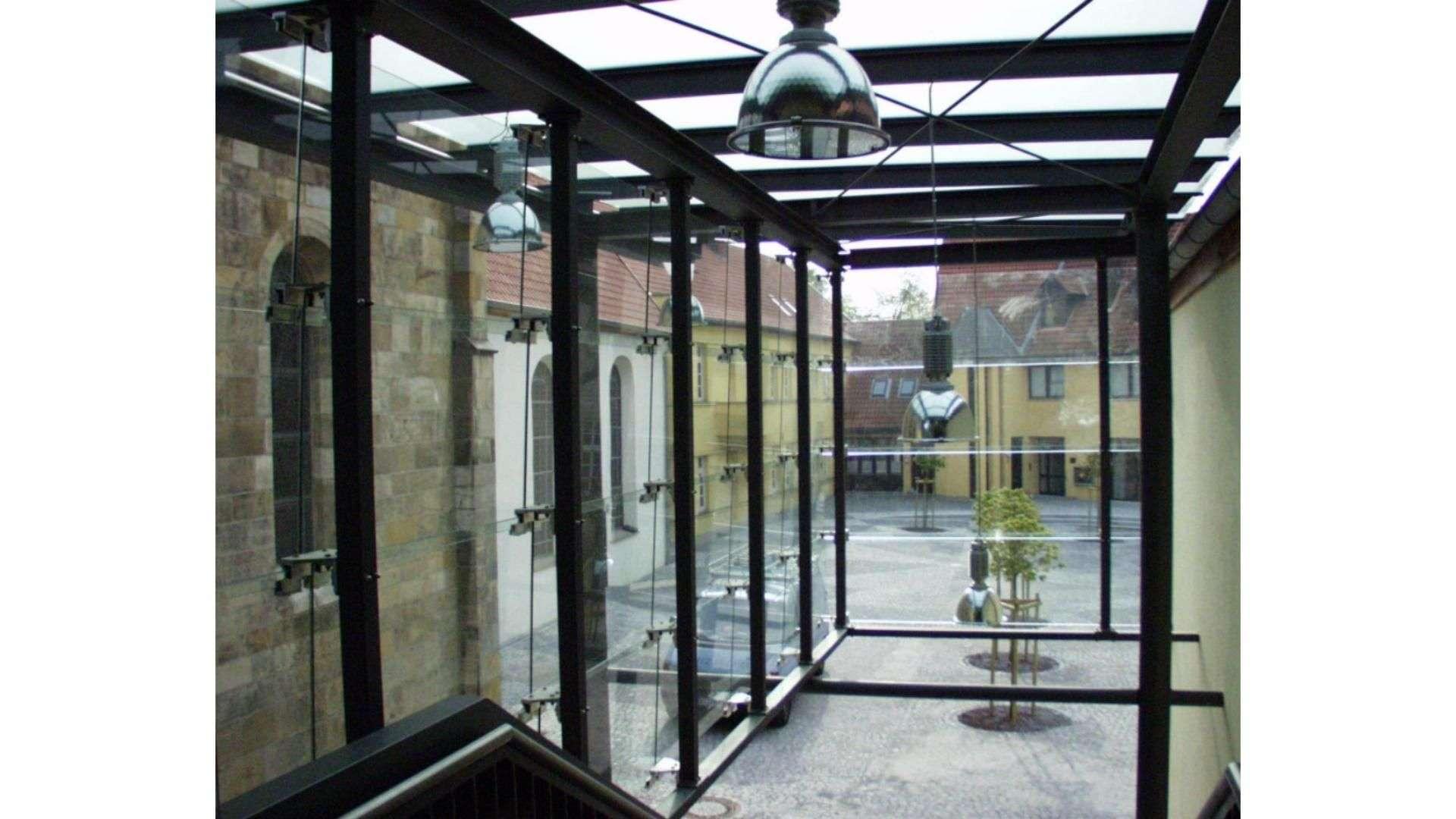 verglaster Eingang zu einem Parkhaus