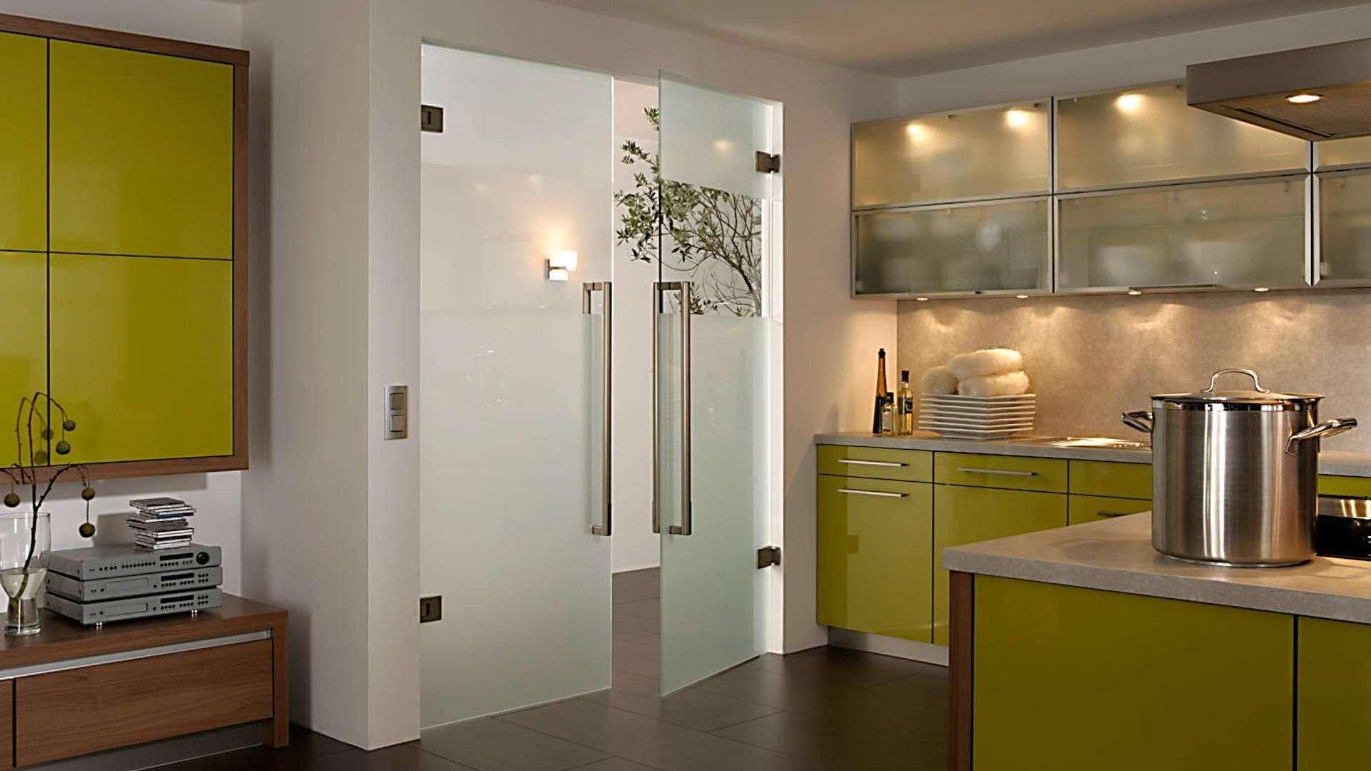 zwei Pendeltüre aus Glas in einer Küche