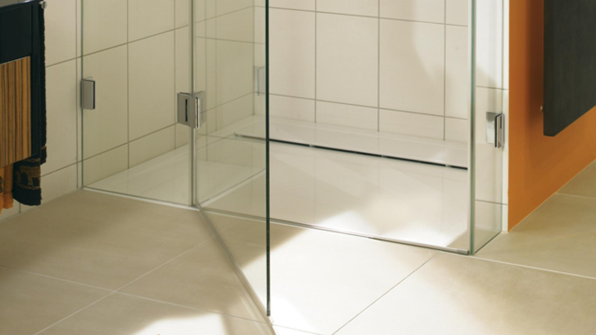 geöffnete Glastür einer Dusche