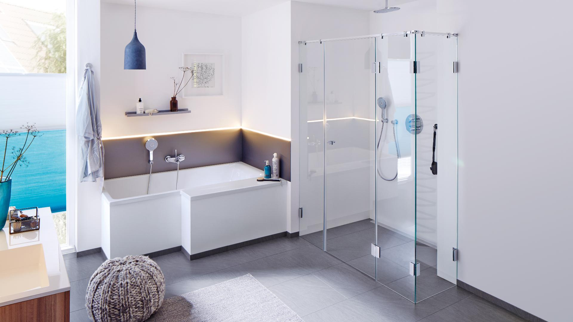 modernes Badezimmer mit Dusche mit Glastüren