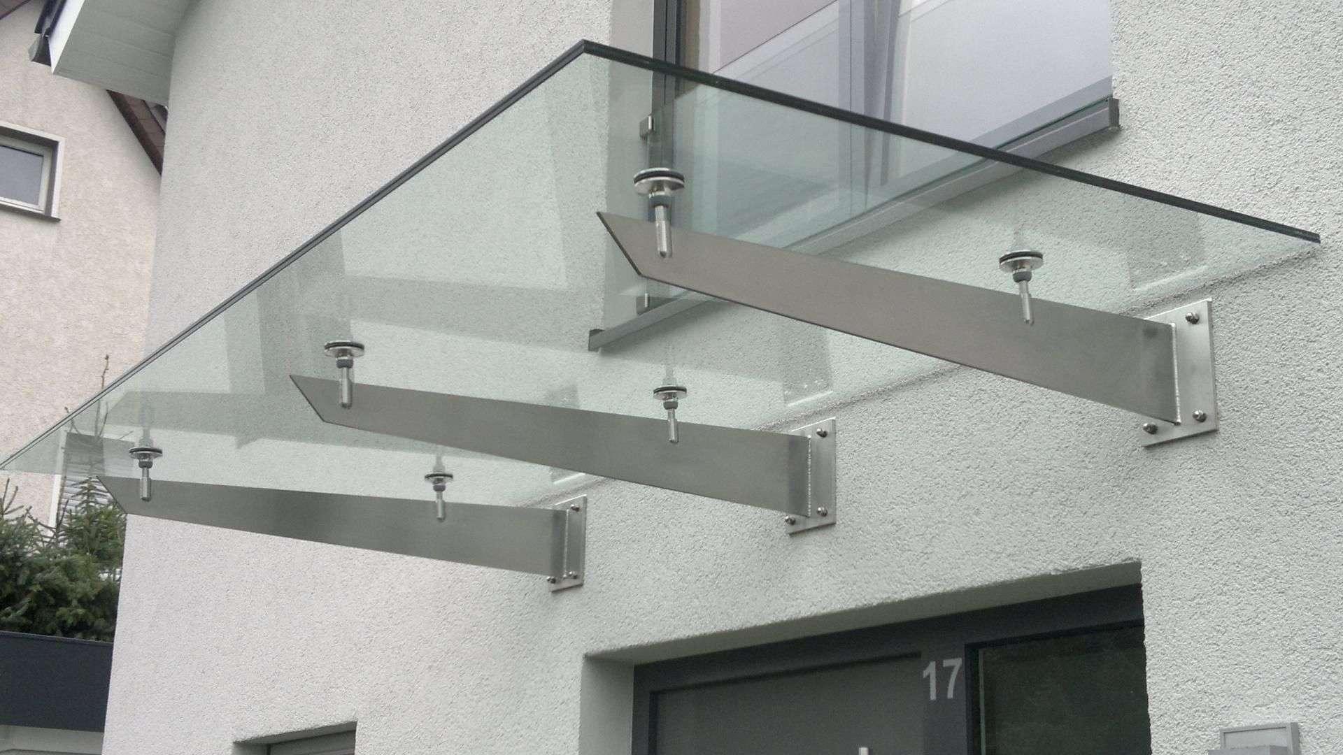 Nahansicht eines Vordaches aus Glas