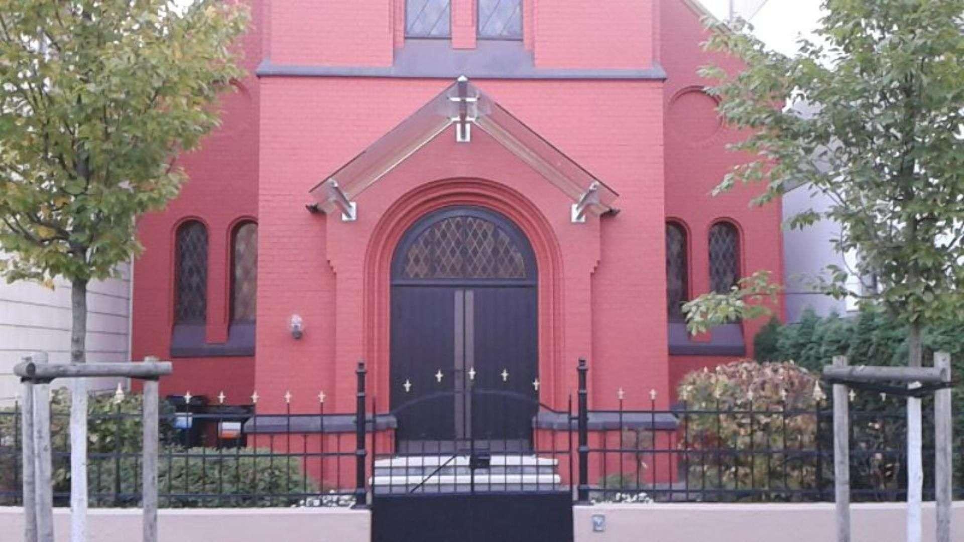 Spitzdach aus Glas als Vordach an einer Kirche